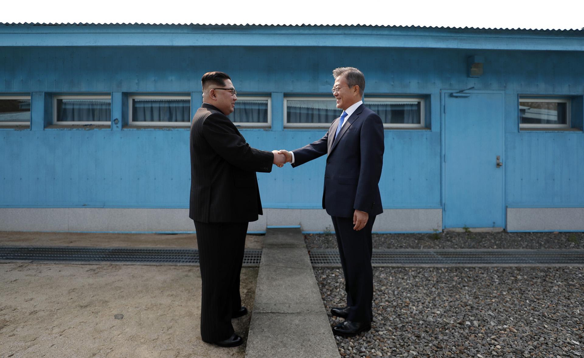 El apretón de manos entre Kim Jong Un y Moon Jae-in en la histórica cumbre intercoreana que se realizó en la aldea desmilitarizada de Panmunjom el 27 de abril (Korea Summit Press Pool / AFP)