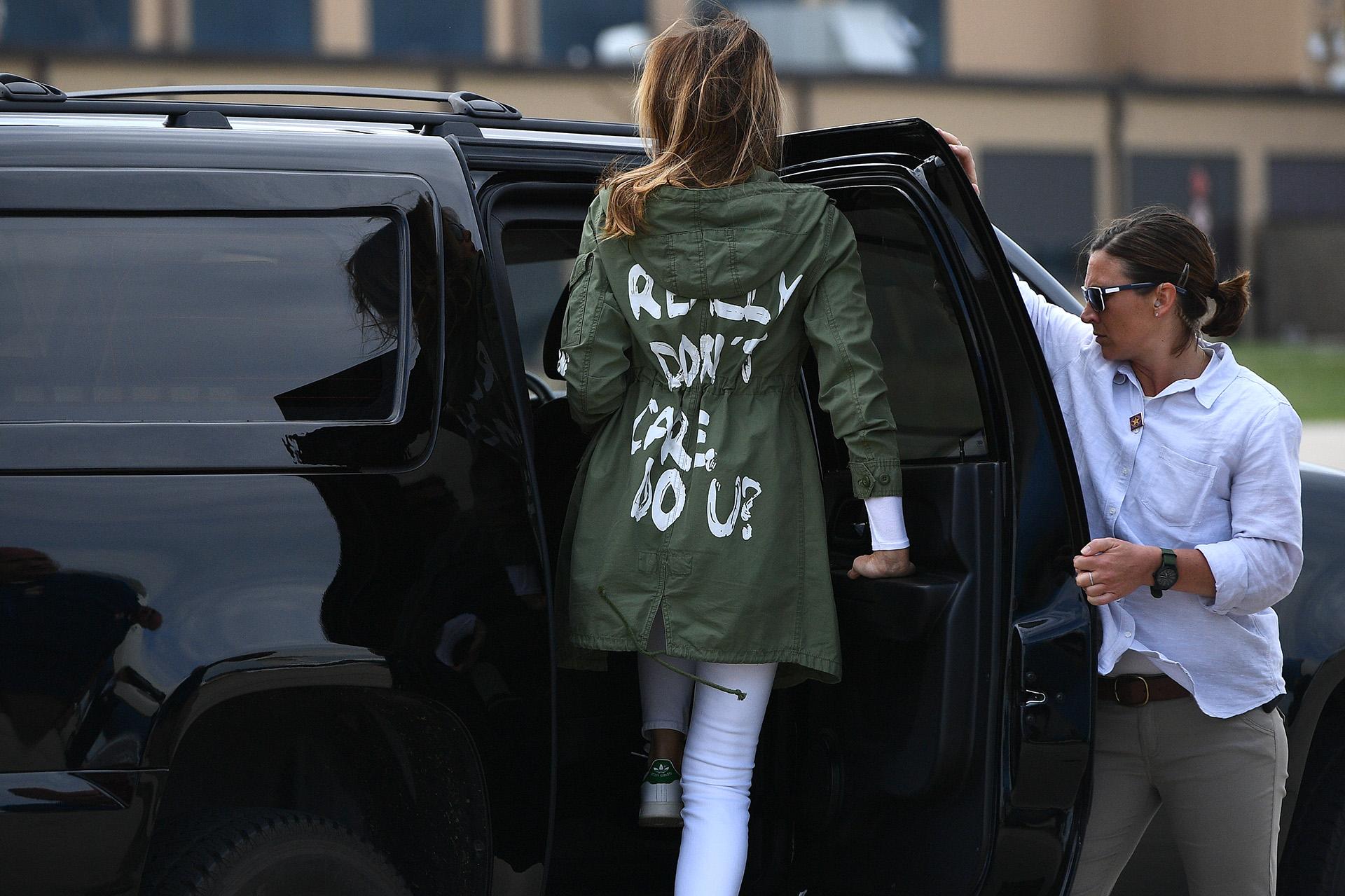 """Melania Trump, primera dama de Estados Unidos, parte de la Base Andrews de la Fuerza Aérea, en Maryland, usando una chaqueta con la leyenda: """"Realmente no me importa, ¿a ti?"""", tras una visita sorpresa a un centro de niños inmigrantes en la frontera con México, el 21 de junio (MANDEL NGAN / AFP)"""