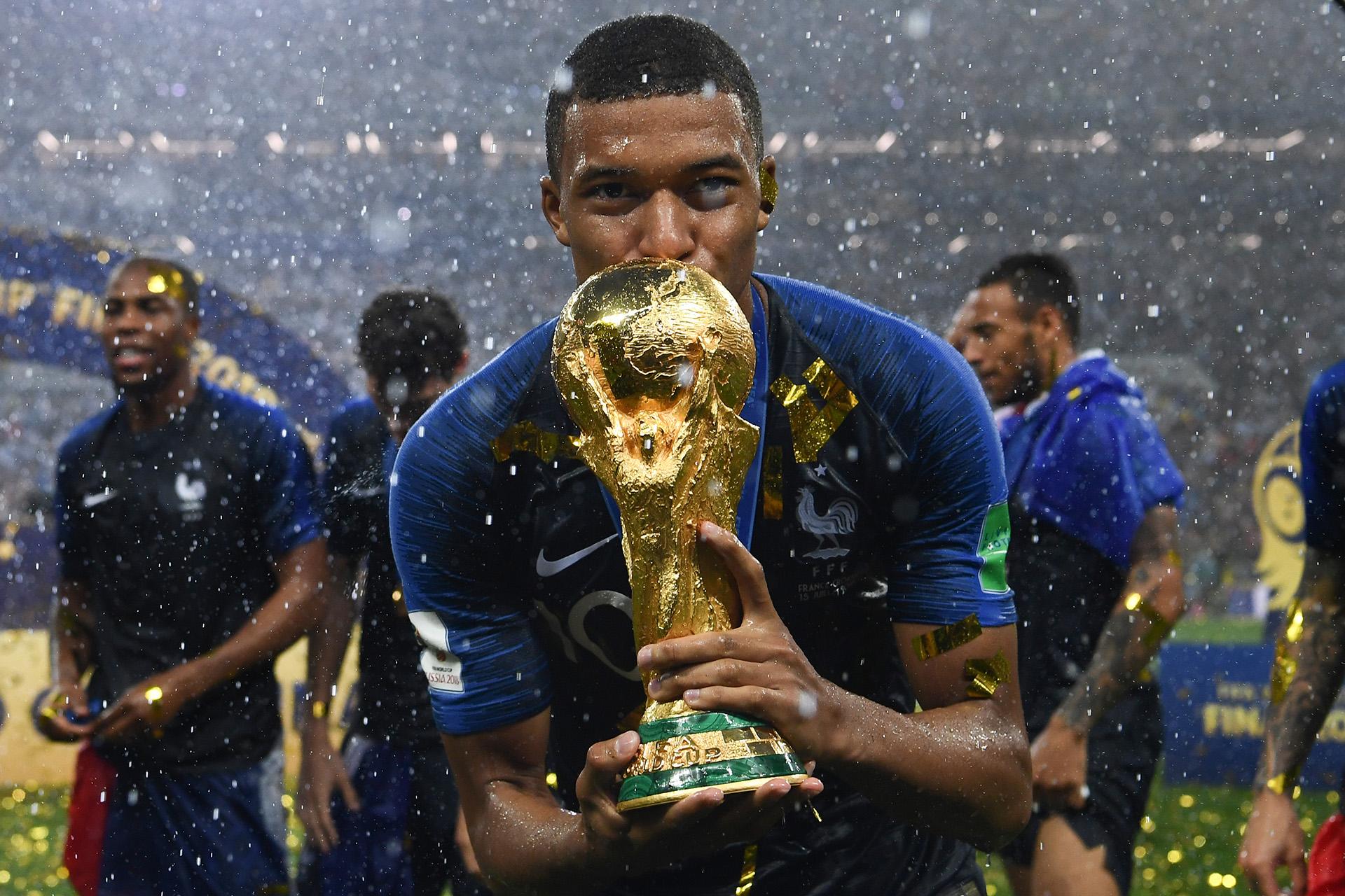 Kylian Mbappe, figura de la selección de Francia, besa la Copa del Mundo tras el triunfo sobre Croacia en la final, el 15 de julio (FRANCK FIFE / AFP)