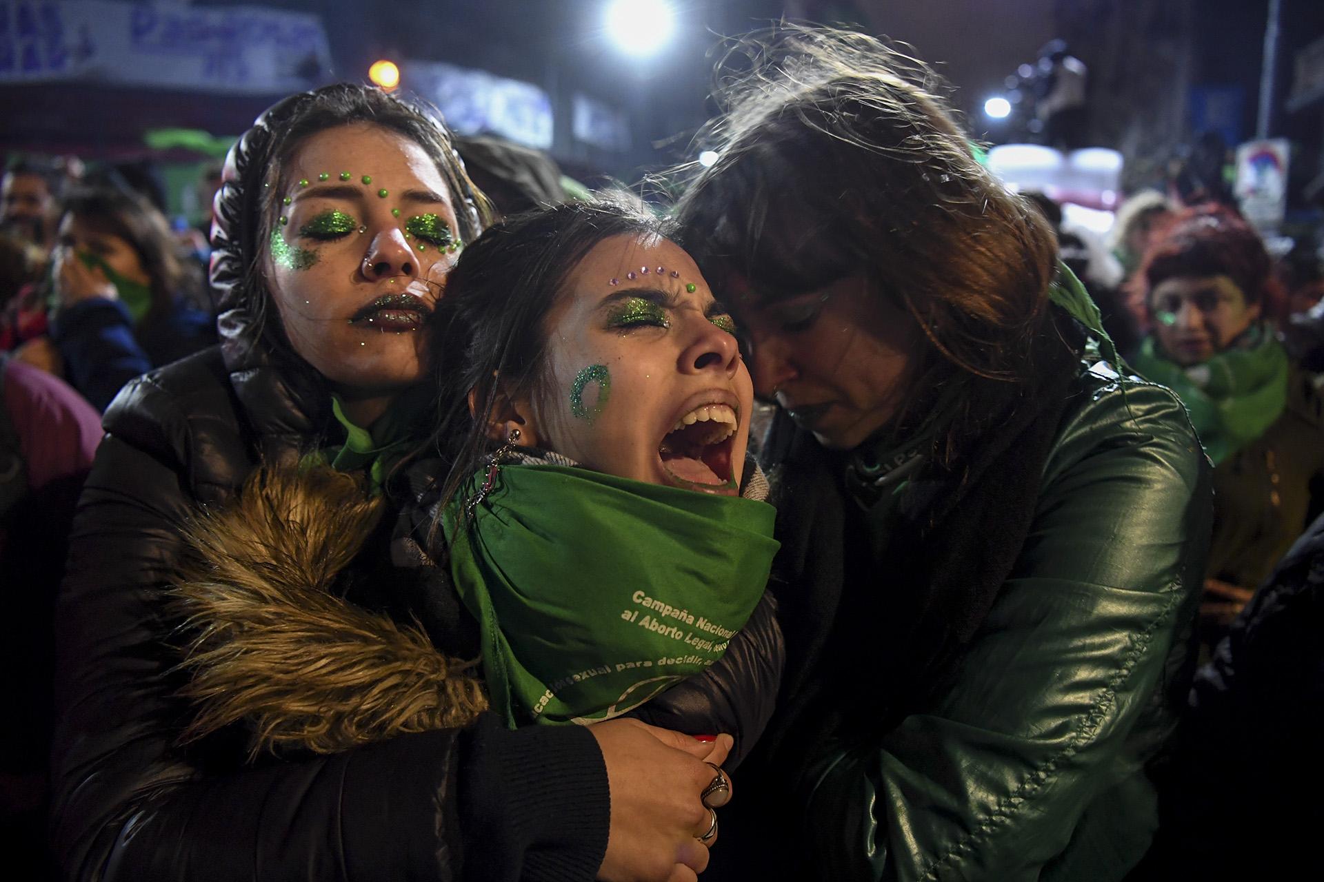 Activistas por la legalización del aborto se lamentan en las inmediaciones del Congreso Nacional, en Buenos Aires, luego de que el Senado rechazara la iniciativa, el 9 de agosto (EITAN ABRAMOVICH / AFP)