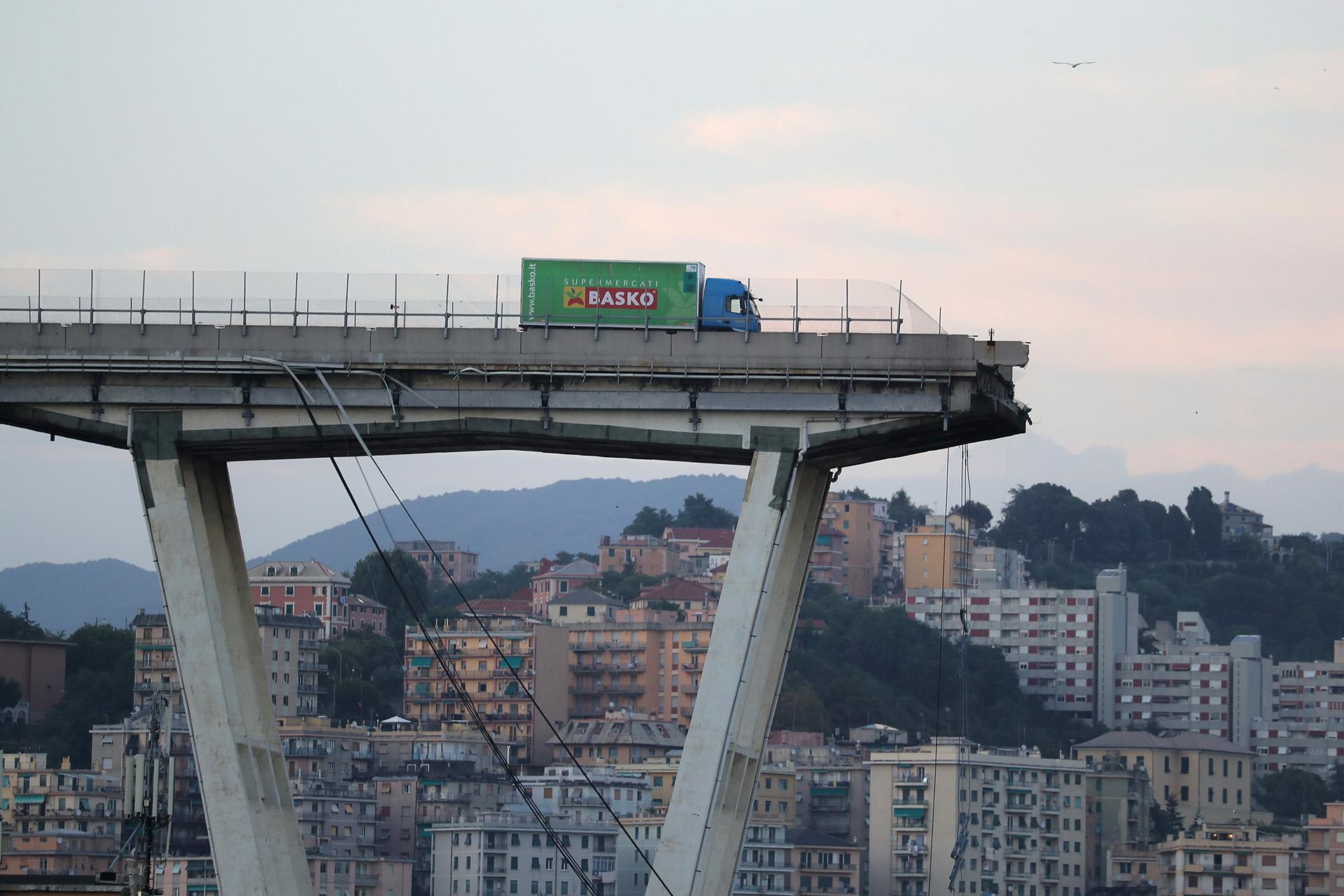 Un camión se detiene en el borde del colapsado puente Morandi, en la ciudad italiana de Genoa, el 14 de agosto. Al menos 30 personas murieron en el accidente (Valery HACHE / AFP)