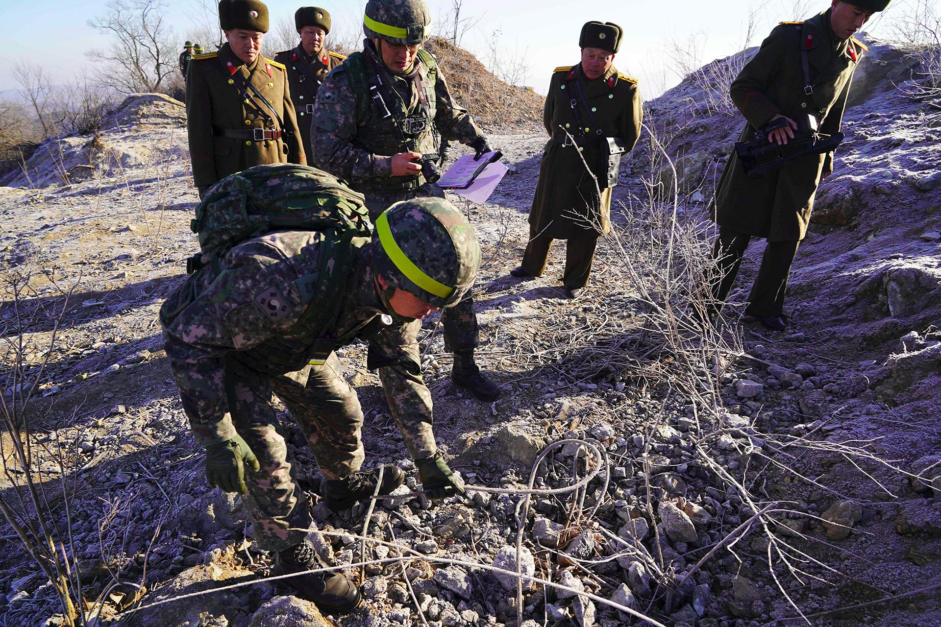 Soldados surcoreanos inspeccionan los puestos fronterizos de Corea del Norte en la ciudad de Cheorwon. (AFP)