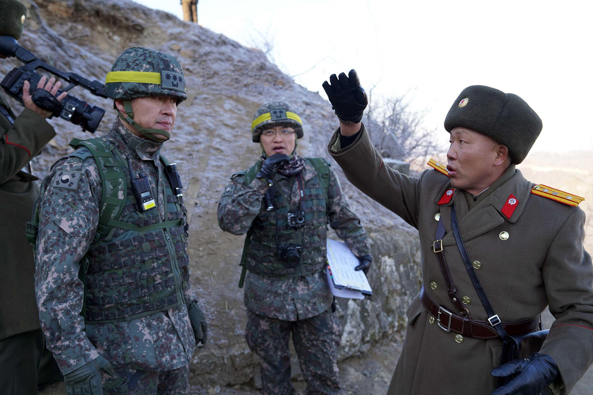 Soldado norcoreano (R) hablando con soldados surcoreanos durante una inspección del puesto fronterizo norcoreano desmantelado dentro de la zona desmilitarizada (DMZ) que divide a las dos Coreas en Cheorwon. (AFP)