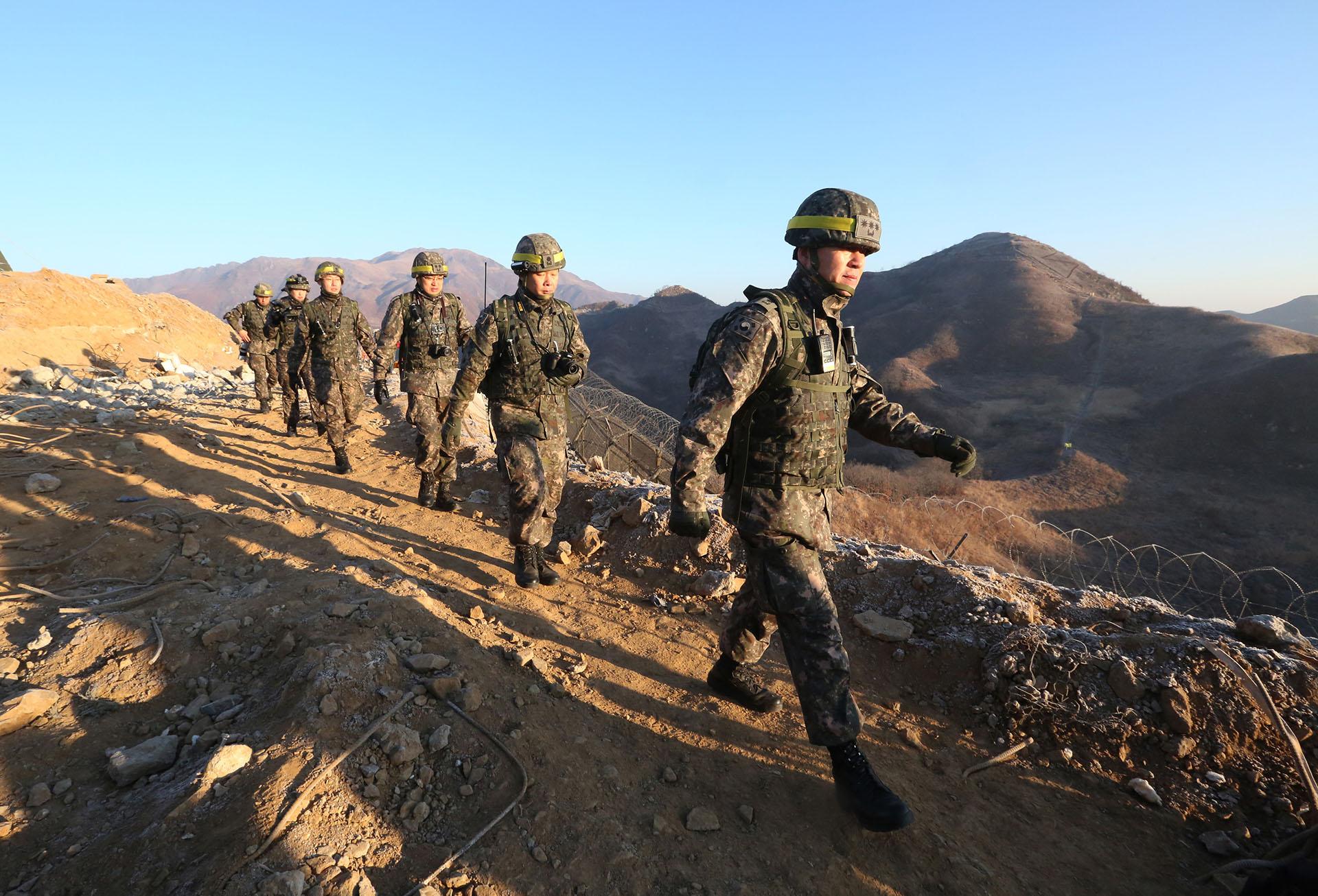 Soldados del ejército surcoreano parten hacia el Norte para inspeccionar el desmantelado puesto fronterizo de Corea del Norte en la sección central de la frontera intercoreana en Cheorwon, Corea del Sur, el 12 de diciembre de 2018. (AFP)