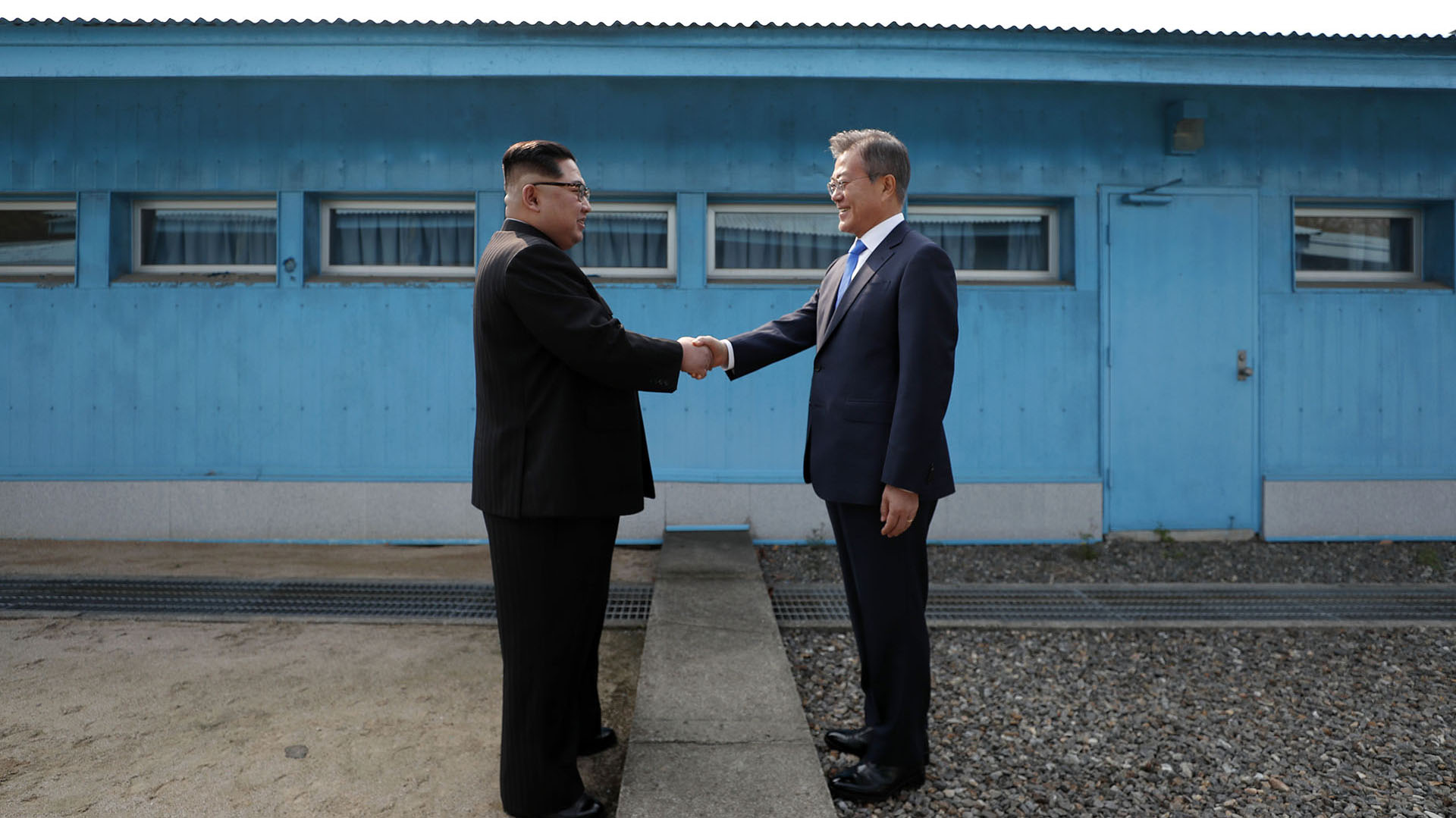 El líder de Corea del Norte, Kim Jong-un, estrecha la mano del presidente de Corea del Sur, Moon Jae-in, en la Línea de Demarcación Militar queseparaa sus países antes dela cumbre en la aldea de tregua de Panmunjom el 27 de abril de 2018