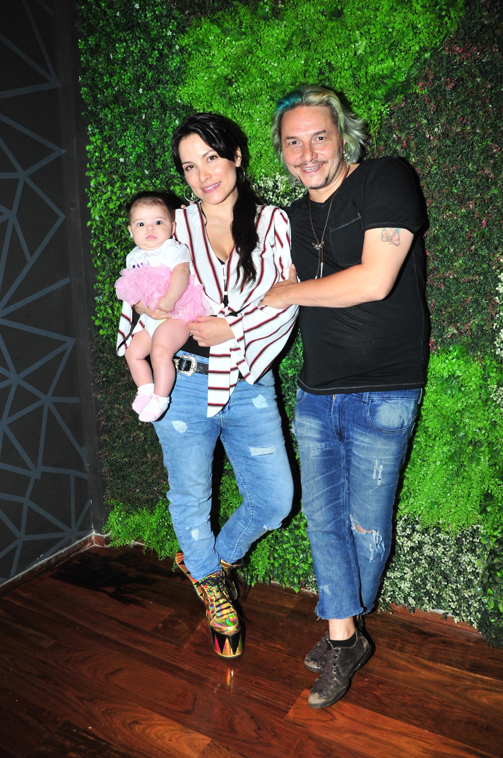"""Griselda Sánchez y José Cicala, director de """"Sola"""", con la pequeña hija de ambos, Ginna"""