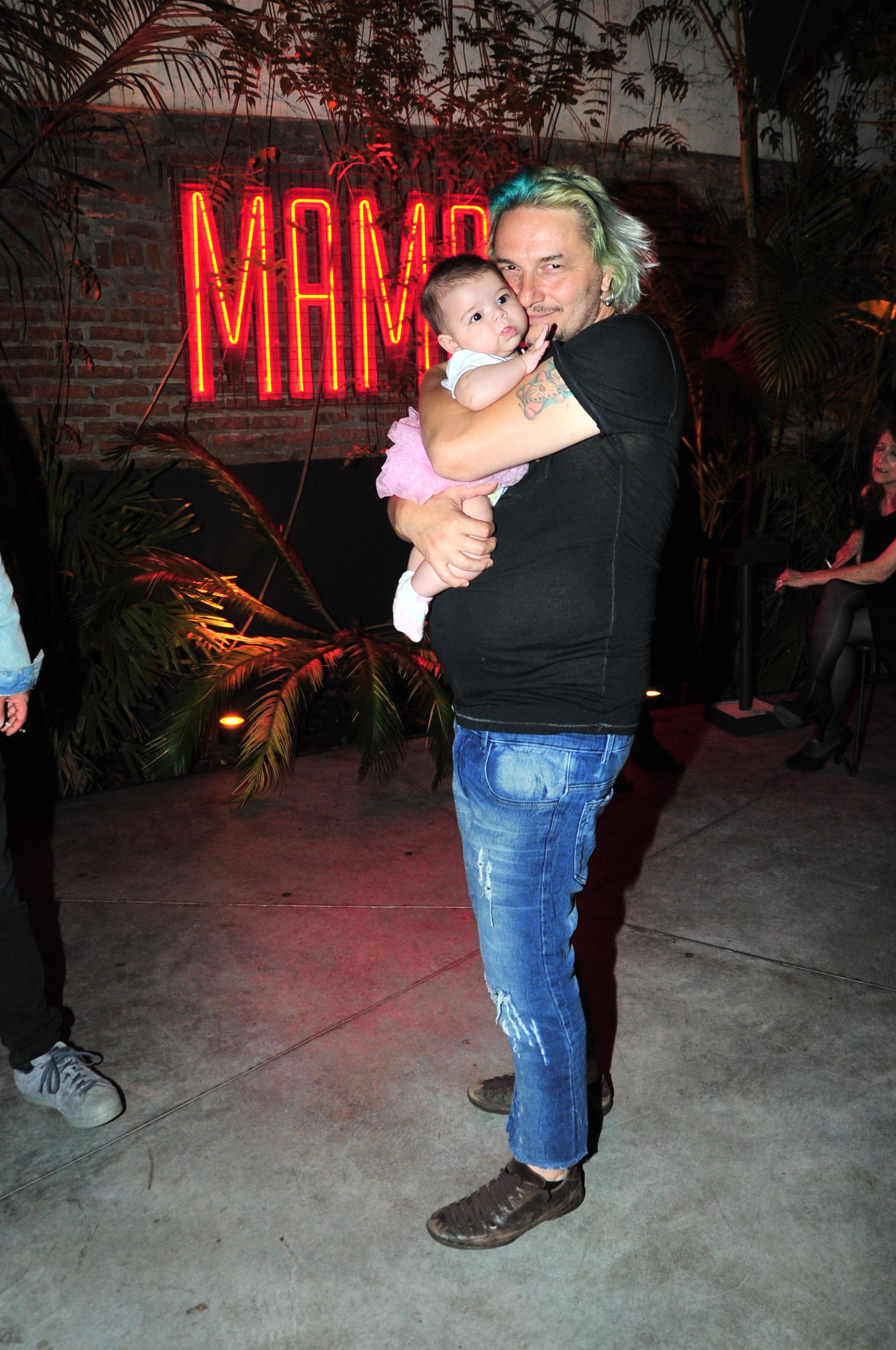 José Cicala con su pequeña hija Ginna en el bar Mamba