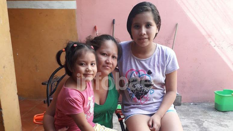 Claudia, junto a sus hijas Mía Danitza (5) y Brenda (12), tras enterarse de su sobreseimiento