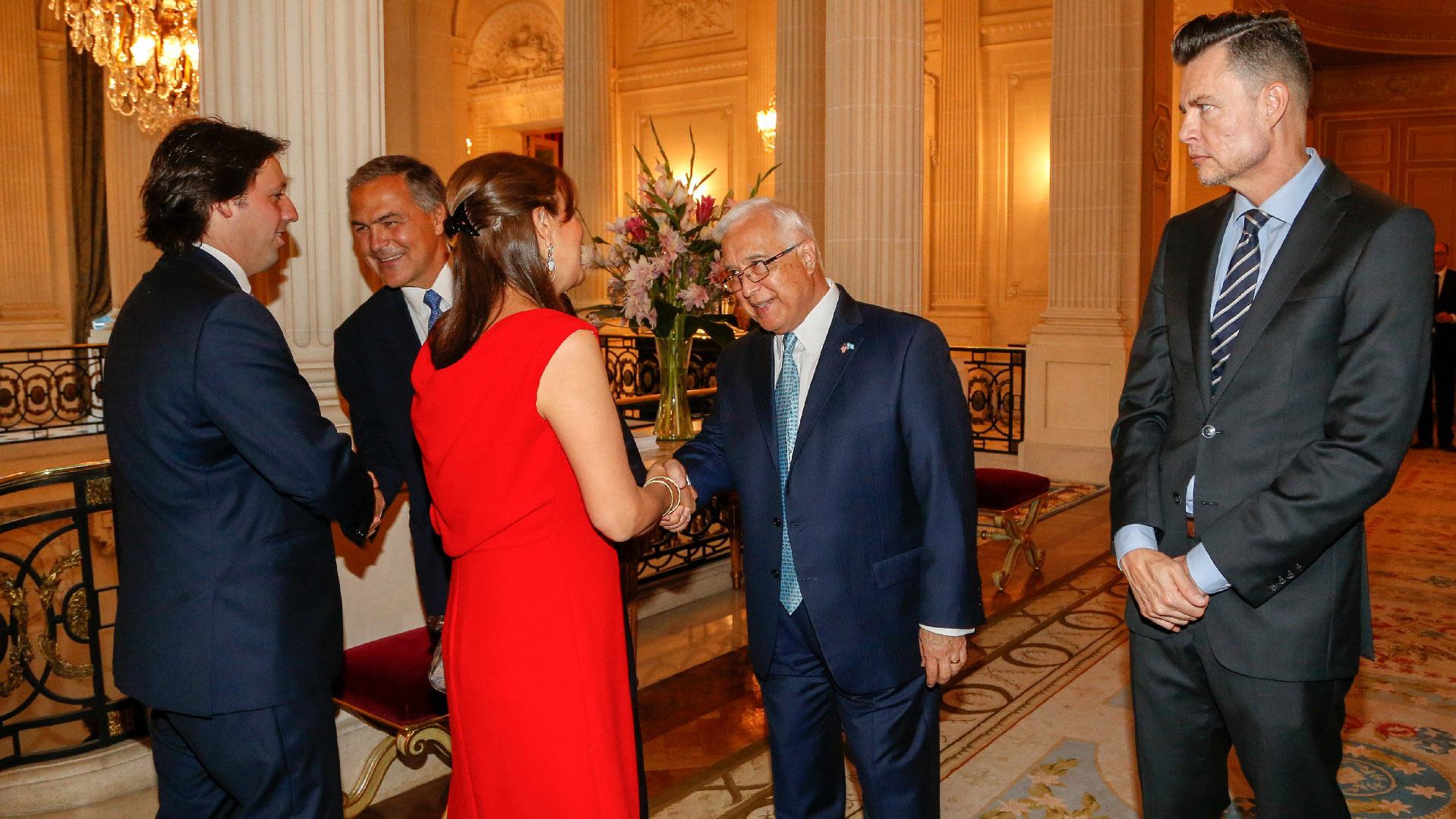 El embajador de los Estados Unidos en la Argentina, Edward C. Prado, acompañado por el presidente saliente de la AmCham Argentina, Manuel Aguirre, recibió a los invitados a la recepción de fin de año de la AmCham