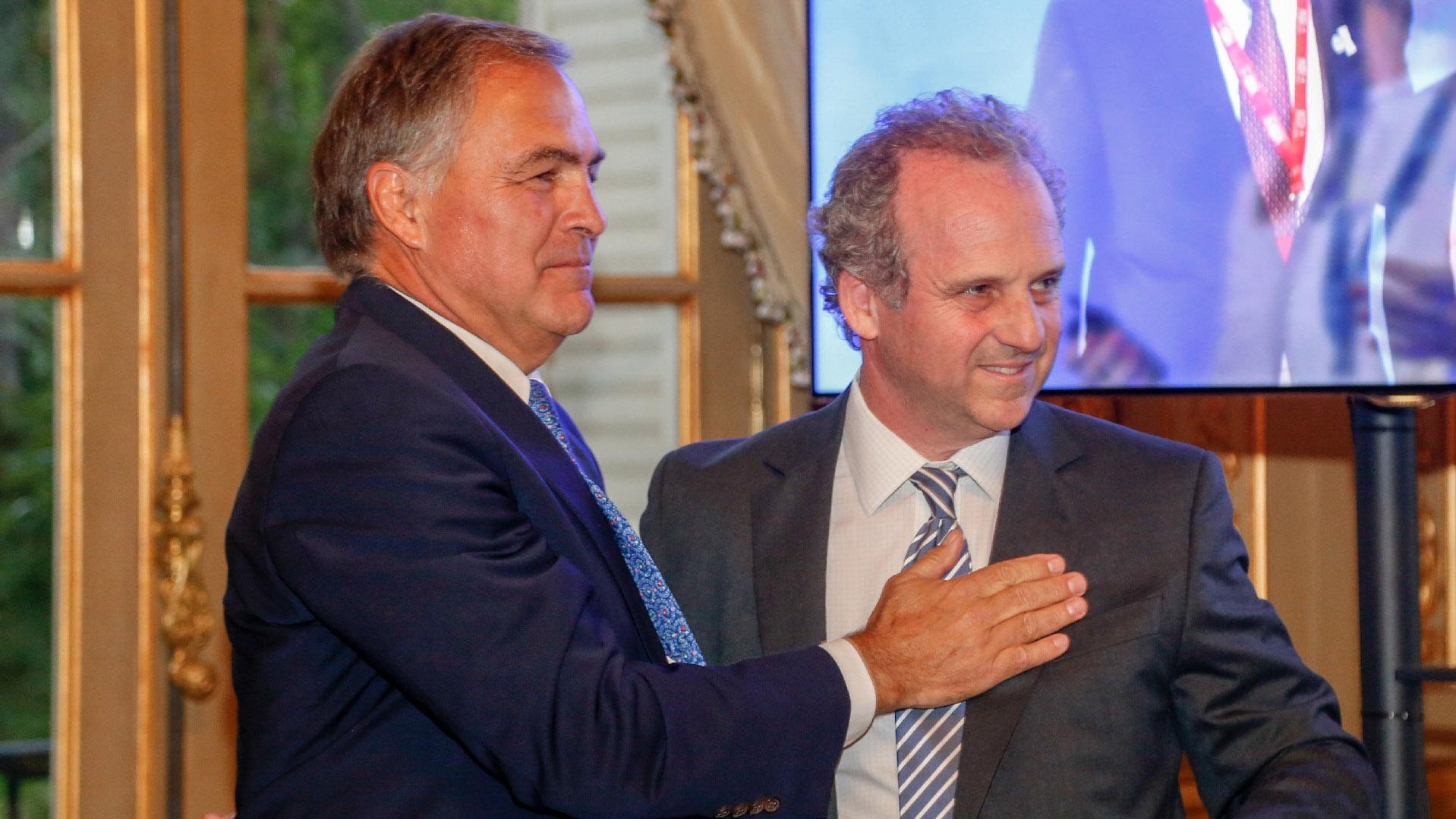 El saludo entre Manuel Aguirre y Roberto Alexander. AmCham es una organización no gubernamental, independiente y sin fines de lucro, que desde hace 100 años trabaja promocionando el comercio bilateral y la inversión entre los Estados Unidos y la Argentina