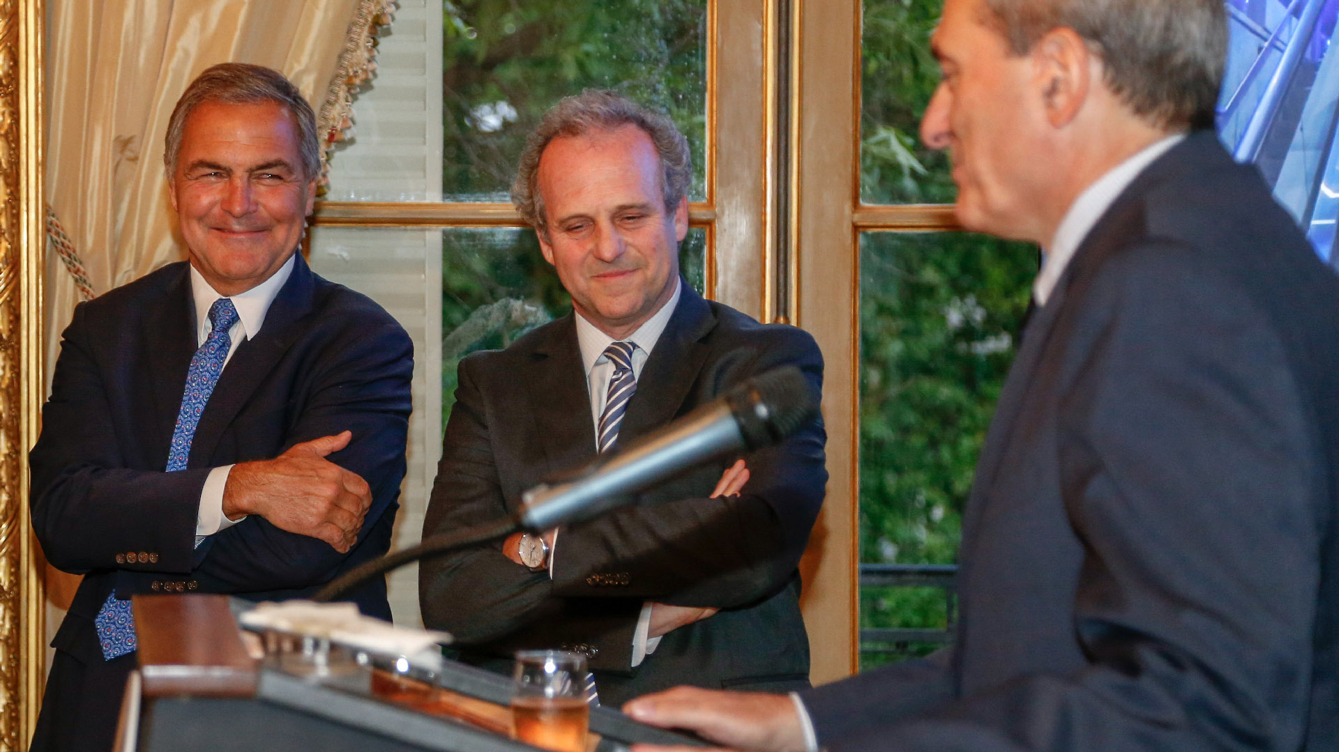Manuel Aguirre y Roberto Alexander durante el discurso de Alejandro Díaz, CEO de la AmCham Argentina