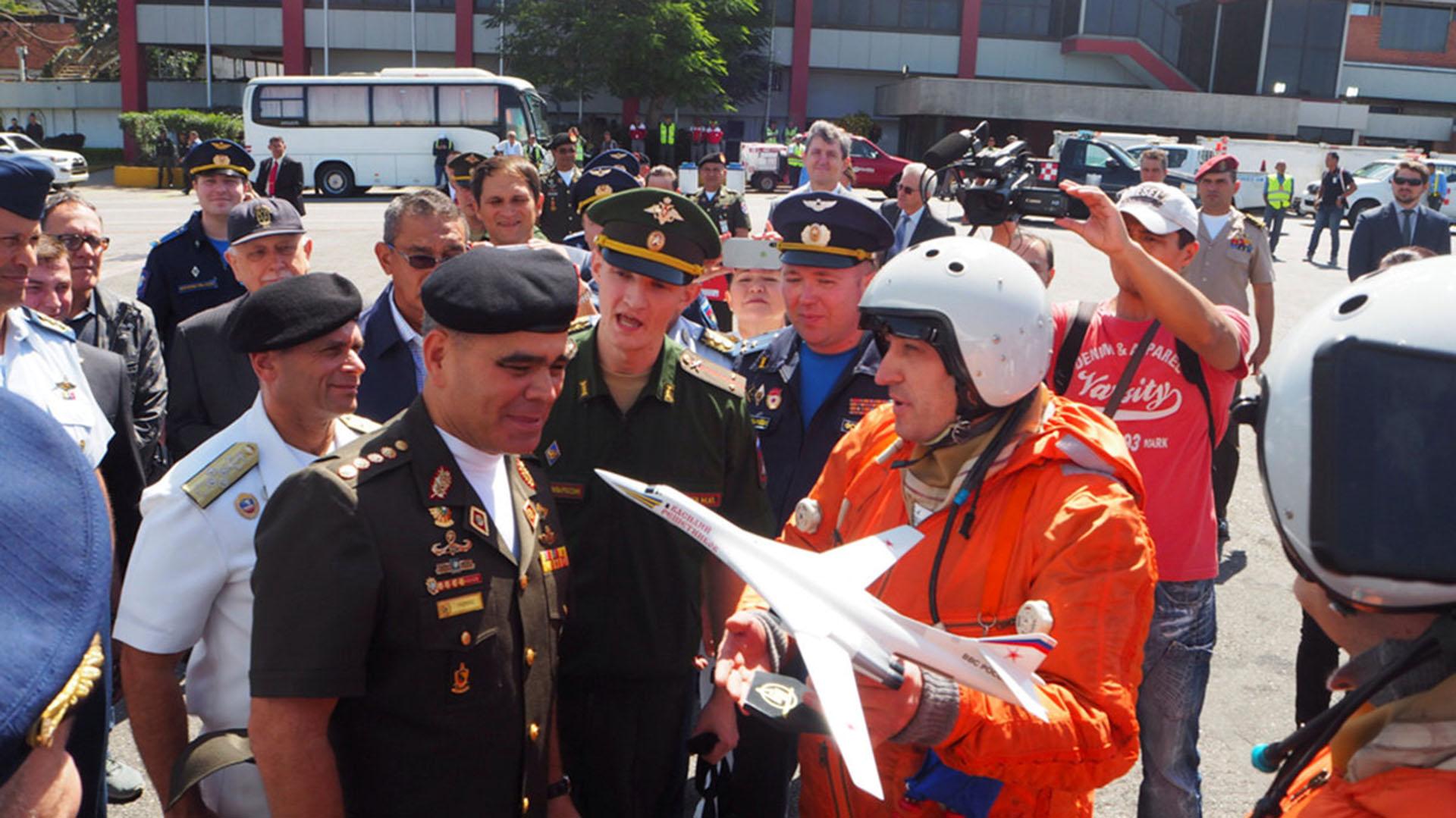 Los pilotos rusos tras la llegada al aeropuerto venezolano el 10 de diciembre pasado. Le obsequiaron una miniatura de las naves al ministro de Defensa chavista