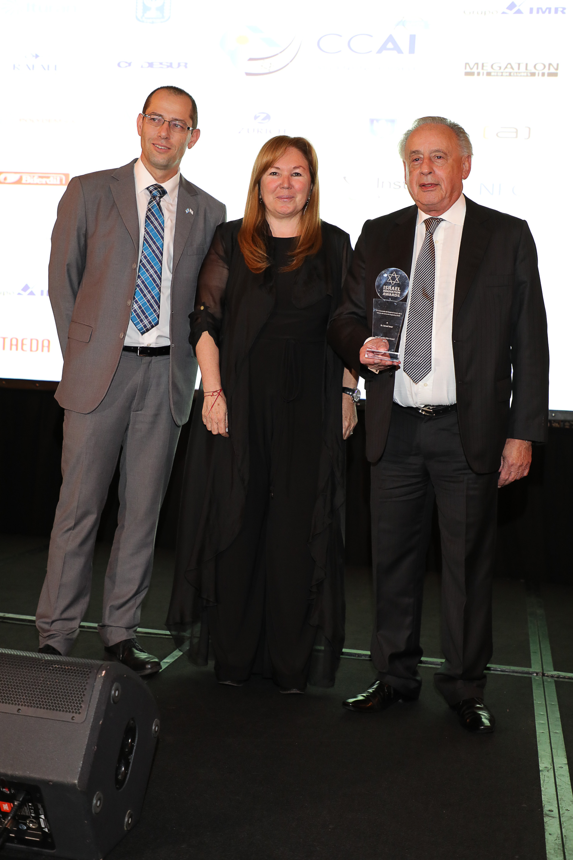 Israel Imar (expresidente de la CCAI) recibió su premio de manos de Ronen Krausz, Consejero Político de la embajada de Israel en la Argentina y de Marisa Koifman