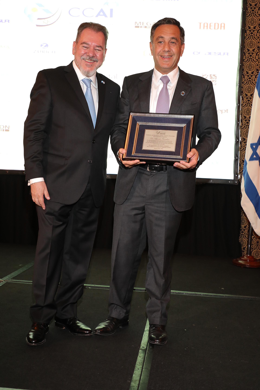 Placa de reconocimiento para el ministro de Educación, Cultura, Ciencia y Tecnología, Alejandro Finocchiaro. La misma fue entregada por Mario Montoto