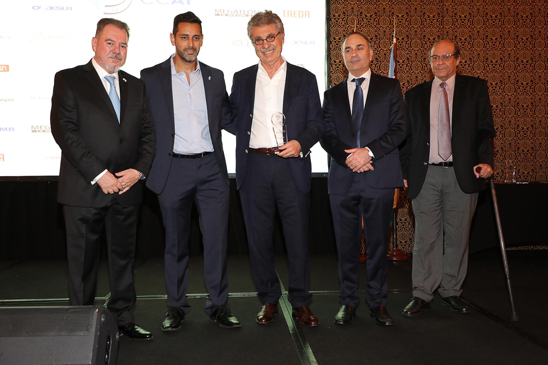 El empresario Hugo Sigman (Grupo Insud) con su premio