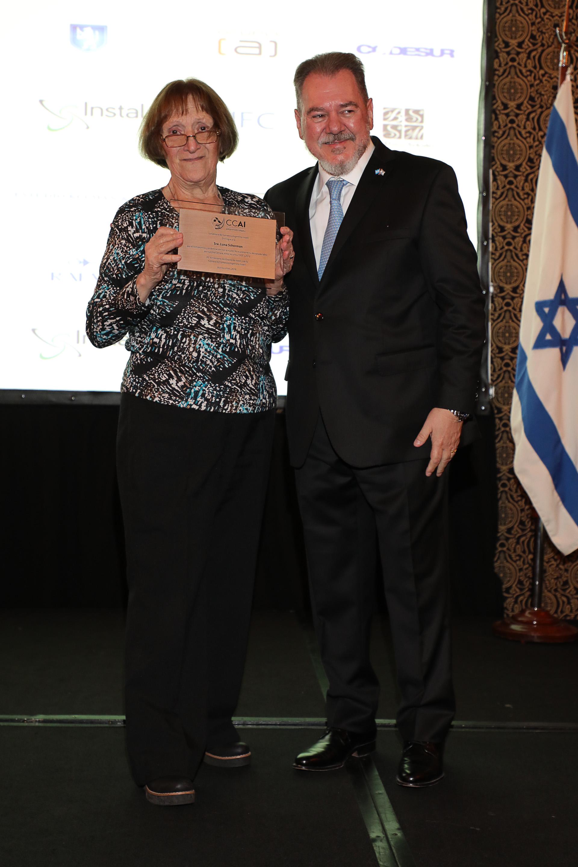 Luna Scherman (exgerente de la CCAI) con su distinción