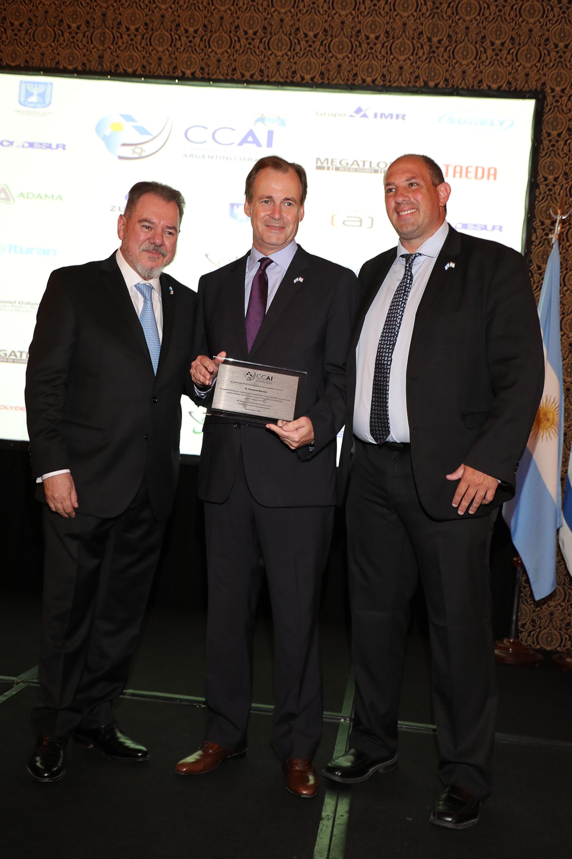 El gobernador de Entre Ríos, Gustavo Bordet, con su placa de reconocimiento