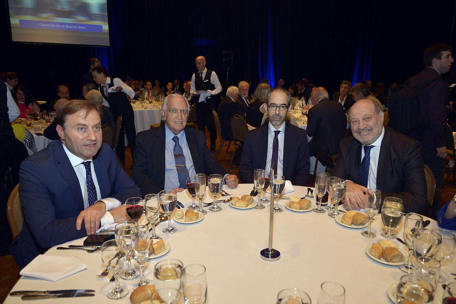 El gerente de Noticias de la TV Pública Néstor Sclauzero; Ricardo Gil Lavedra; el director periodístico de Editorial Perfil, Gustavo González; Alfredo Leuco