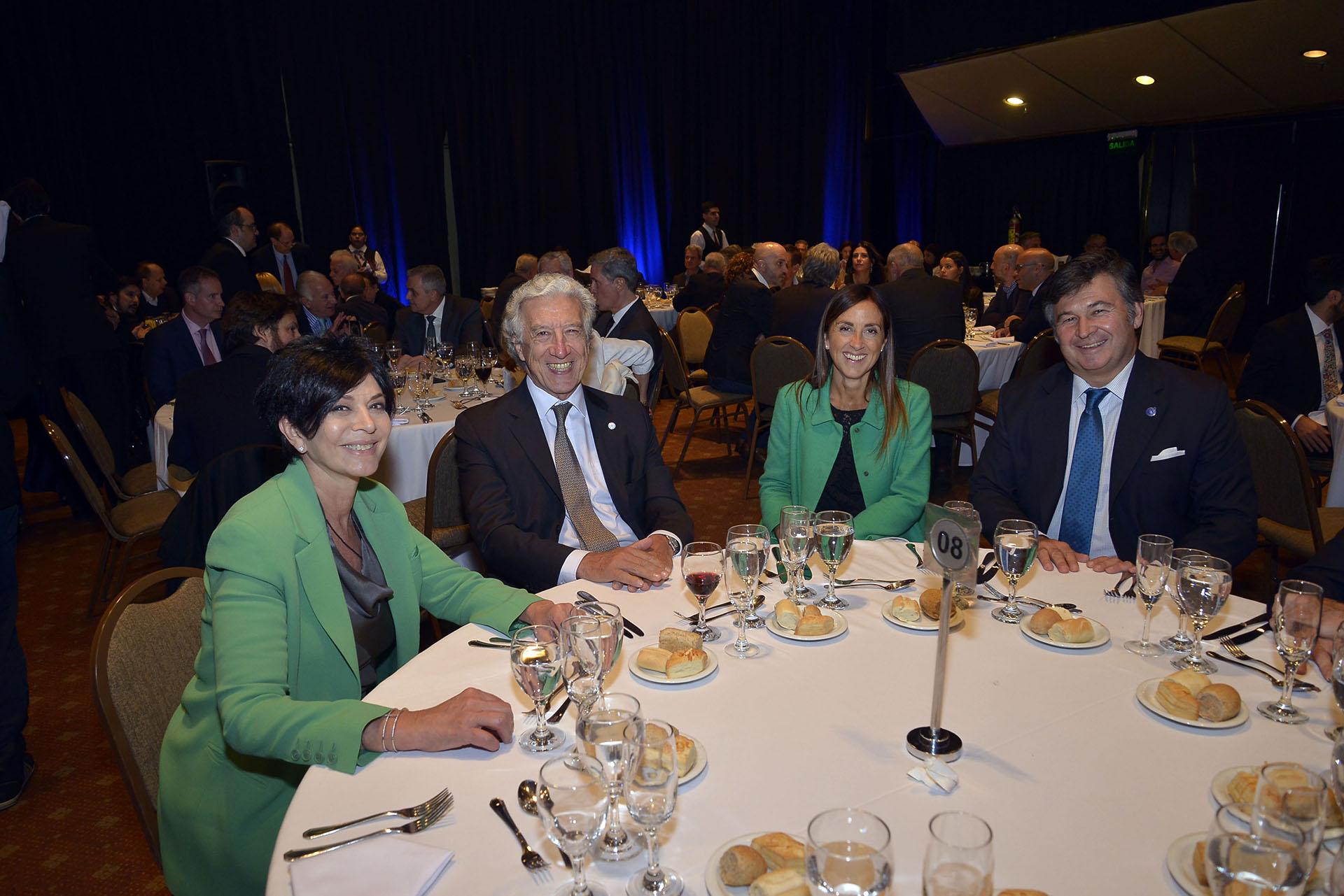 La periodista Mónica Gutiérrez; el presidente de la Asociación Empresarial Argentina, Jaime Campos; el presidente de la Sociedad Rural Daniel Pelegrina