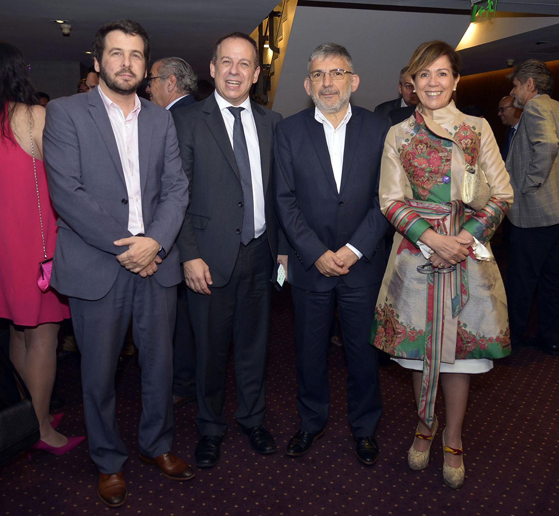 El gerente de Comunicación de Pan American Energy (PAE), Martín Ancarola; Martín Etchevers; el secretario de Comunicación Pública de la Nación, Jorge Grecco