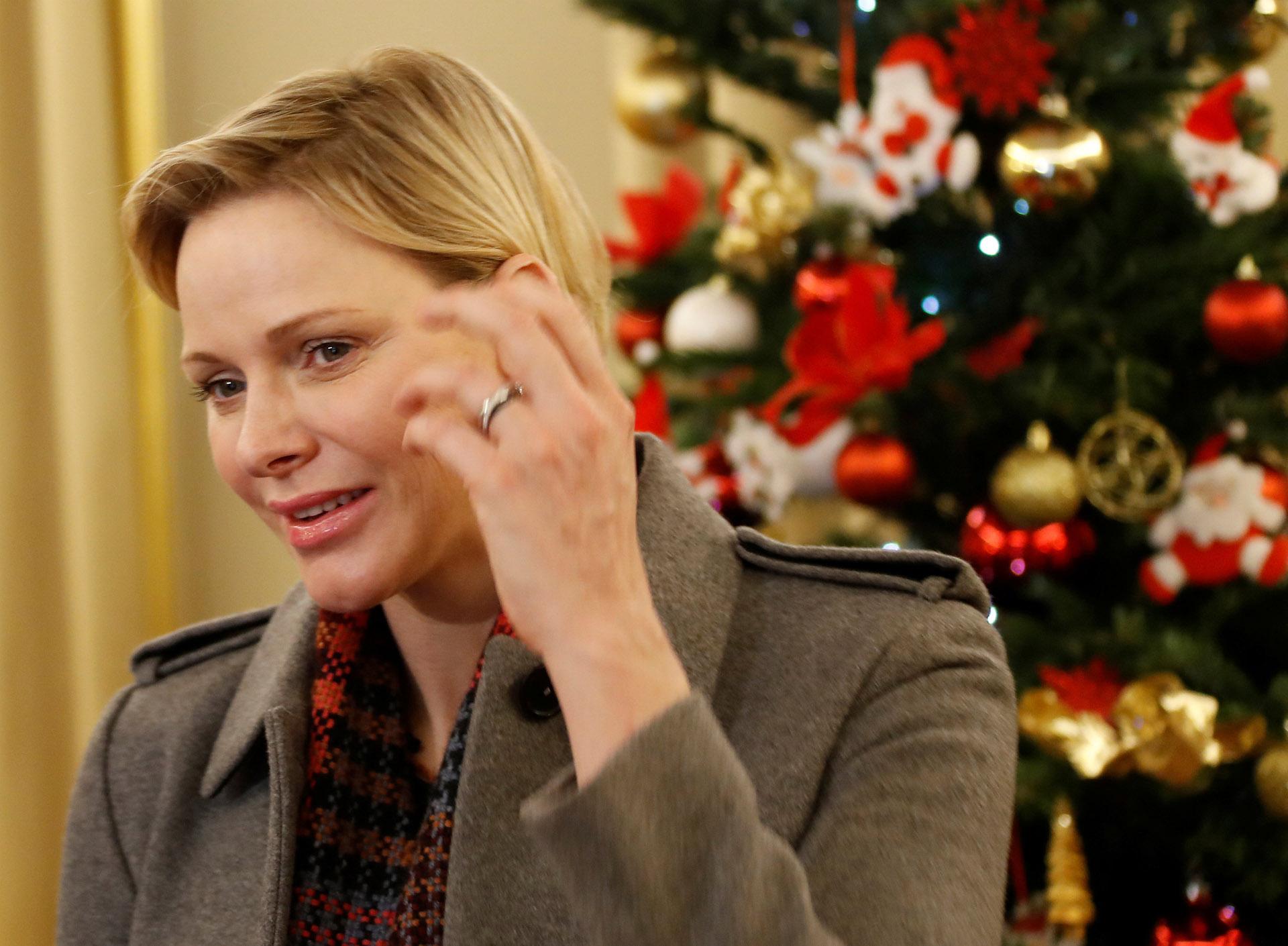 Charlene junto al gran árbol de Navidad