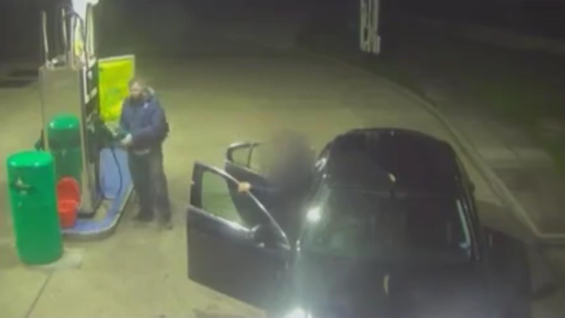 Luego roció el vehículo con combustible