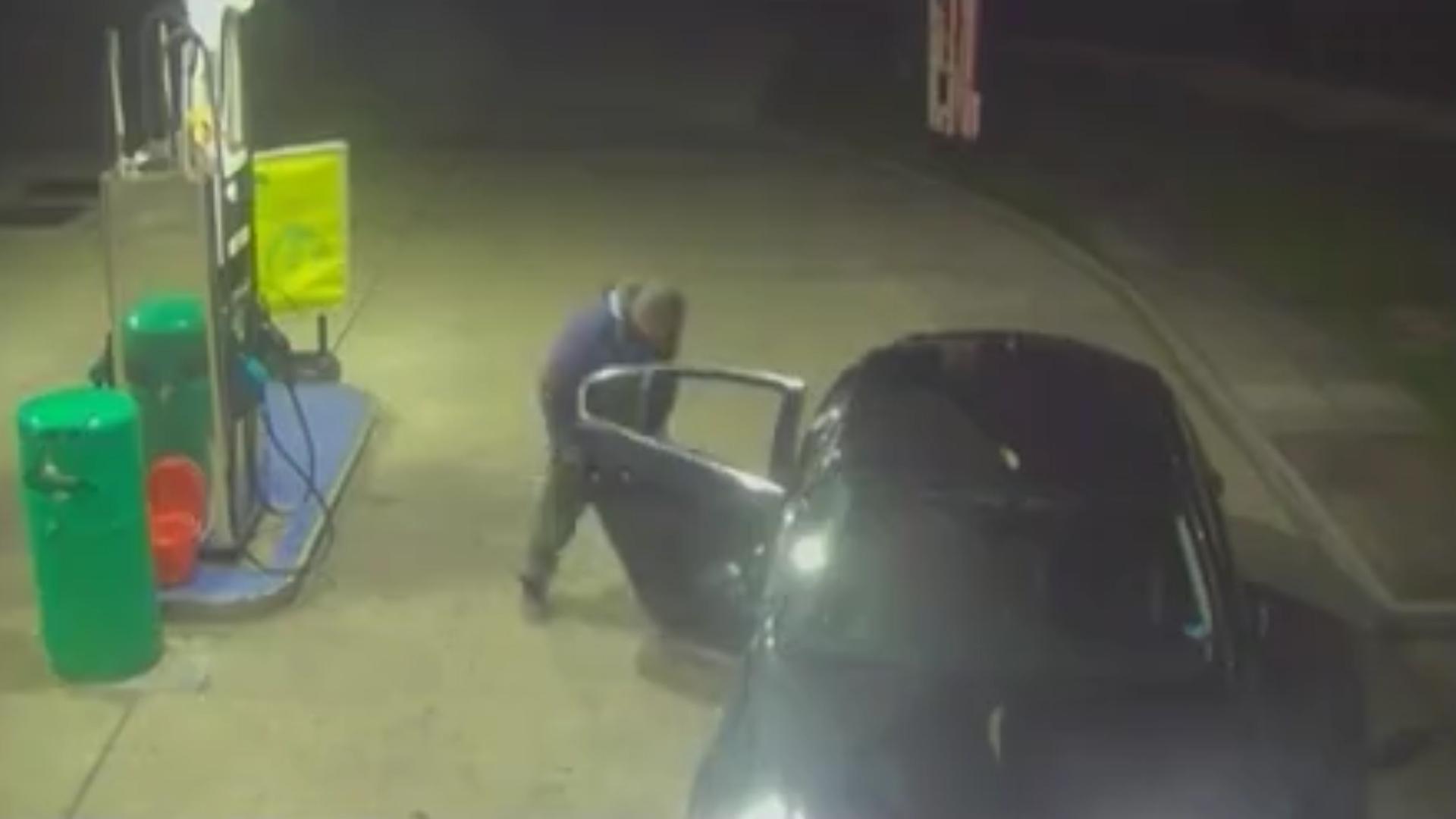El pasajero le pidió al taxista que se detuviera en una gasolinera
