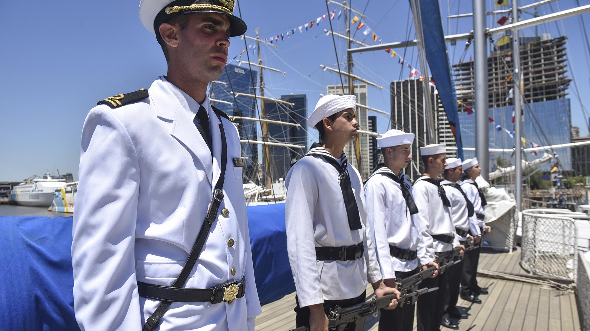 """Miembros de la tripulación del """"Capitán Miranda"""" montando guardia en la cubierta del velero escuela, amarrado en Buenos Aires hasta el lunes (Guillermo Llamos)"""