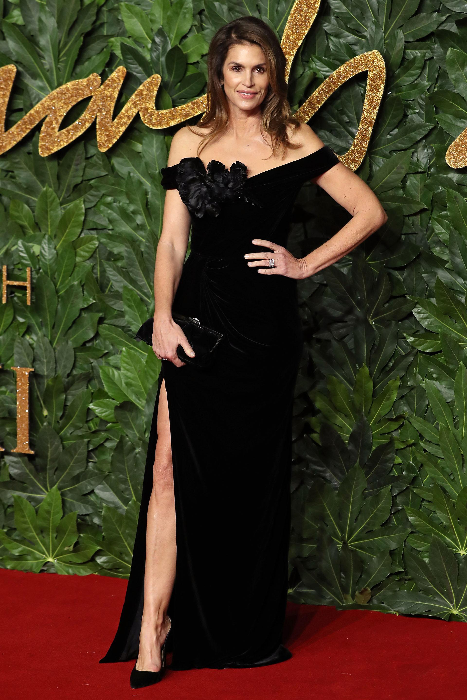 Cindy Crawford cautivó en la red carpet con un vestido negro con apertura lateral