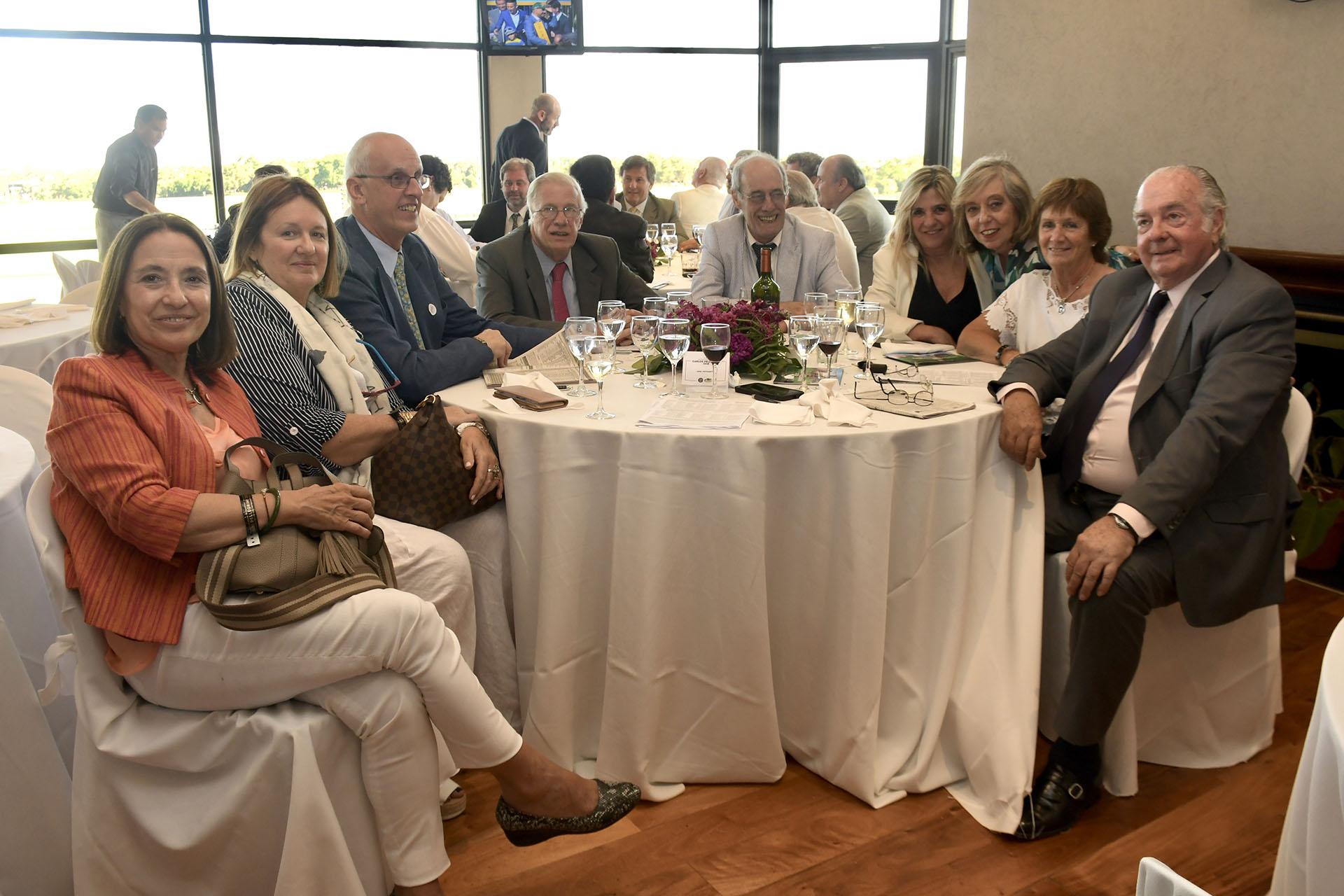 Socios del Jockey Club. Alejandro Piffaretti, Poupee, Verónica Lacarran de Pilarsi, Santiago Arauz de Pilar, Raúl Curuchet, Chao Baul y Adriana de Chau Baul.