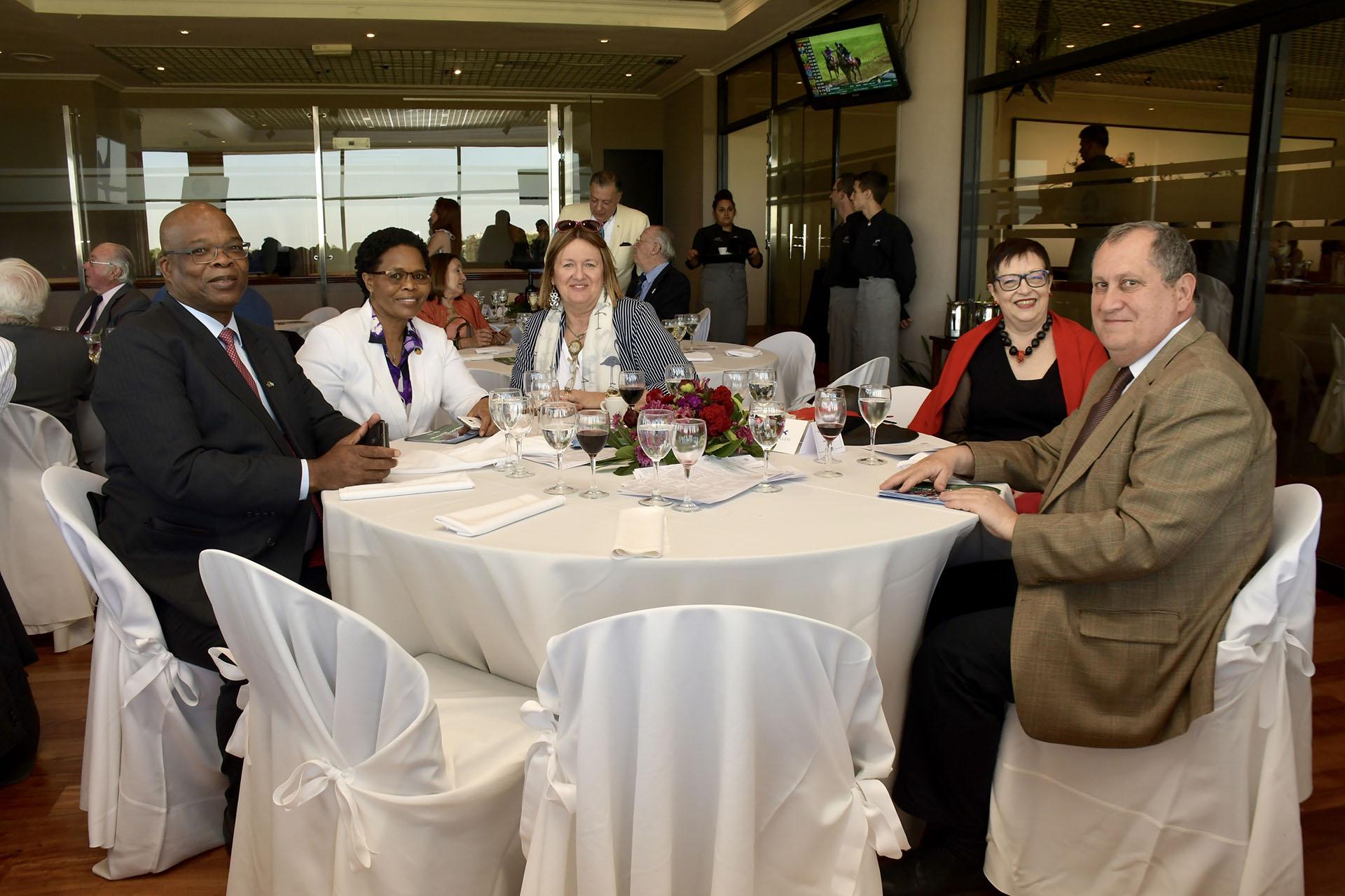 El embajador de Sudáfrica, Phumelele Gwala y Jabu Gwala, Adriana Chalbaud junto a laembajadora de Rumania , Carmen Podgorean junto a su esposo Radu