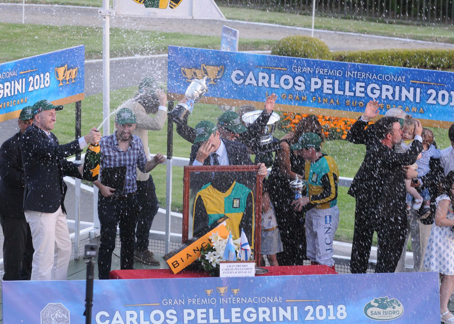 Los ganadores de la tarde del Gran Premio Internacional Carlos Pellegrini 2018. El potrillo Il Mercato fue el ganador de la jornada con su jockey Juan Carlos Noriega. Entrenadores y dueños del caballo festejaron junto a todos los presentes