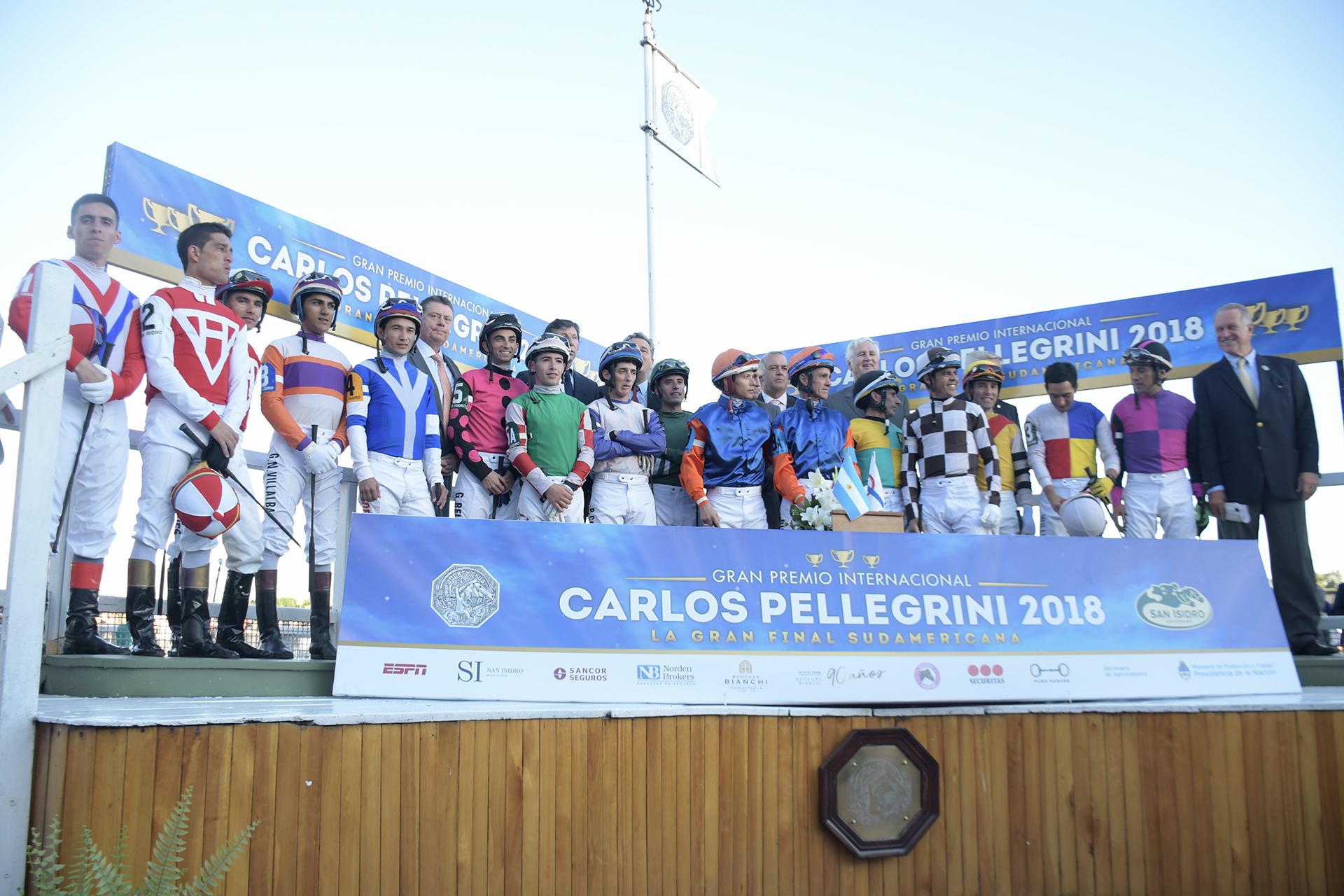 """Todos los jockey antes de comenzarel Gran Premio Internacional""""Carlos Pellegrini"""" junto a los directivos del Jockey Club y del Hipódromo de San Isidro"""