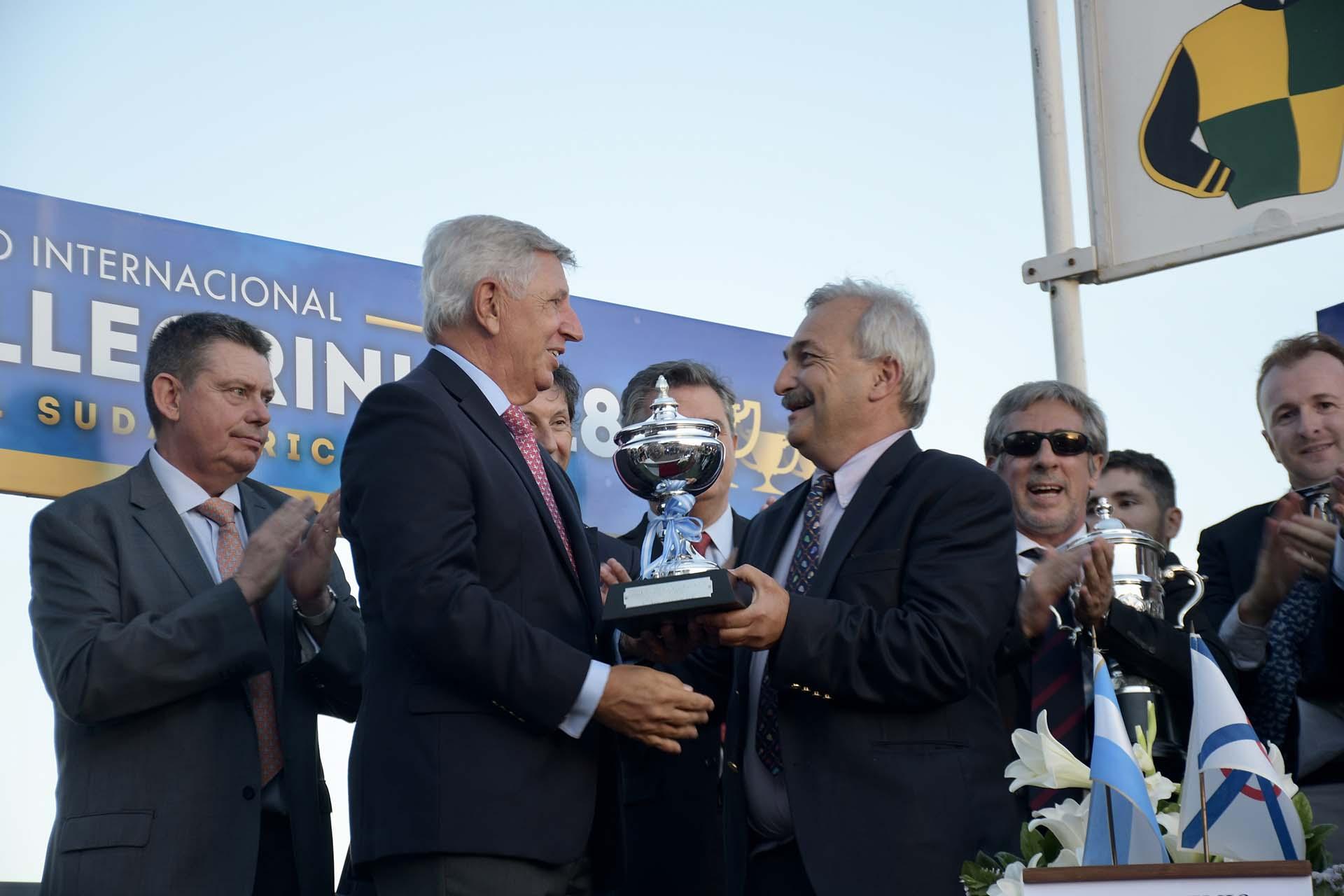 Juan Mariano Villar Urquiza, presidente de la Comisión de Carreras del HSI, entregó la copa a Enrique Sauro, manager general del Haras La Pasión