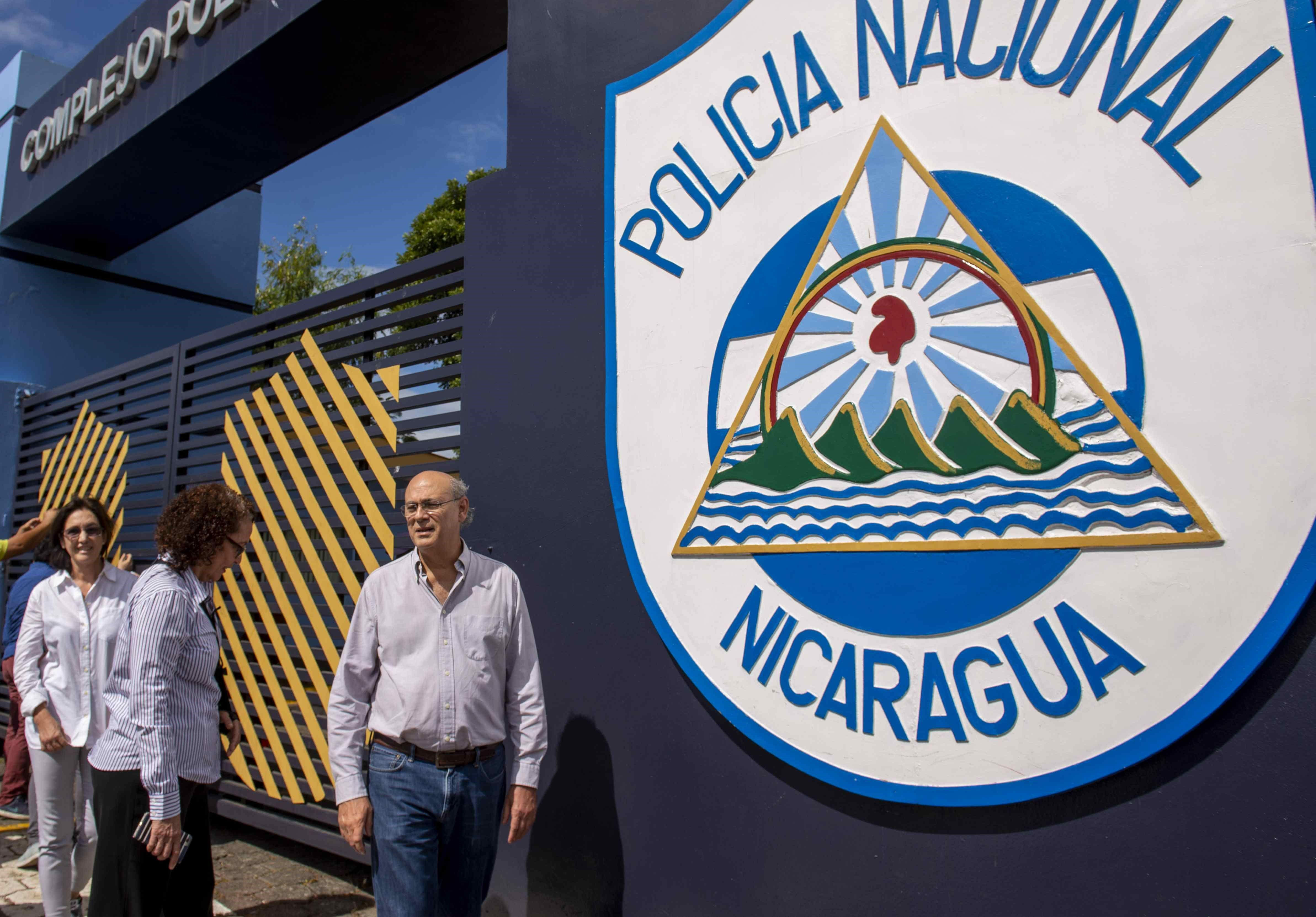 El director del semanario Confidencial, Carlos Fernando Chamorro, espera respuesta sobre el allanamiento del medio de comunicación en las afuera de la sede central de la policía nacional, hoy en Managua. (EFE/Jorge Torre)