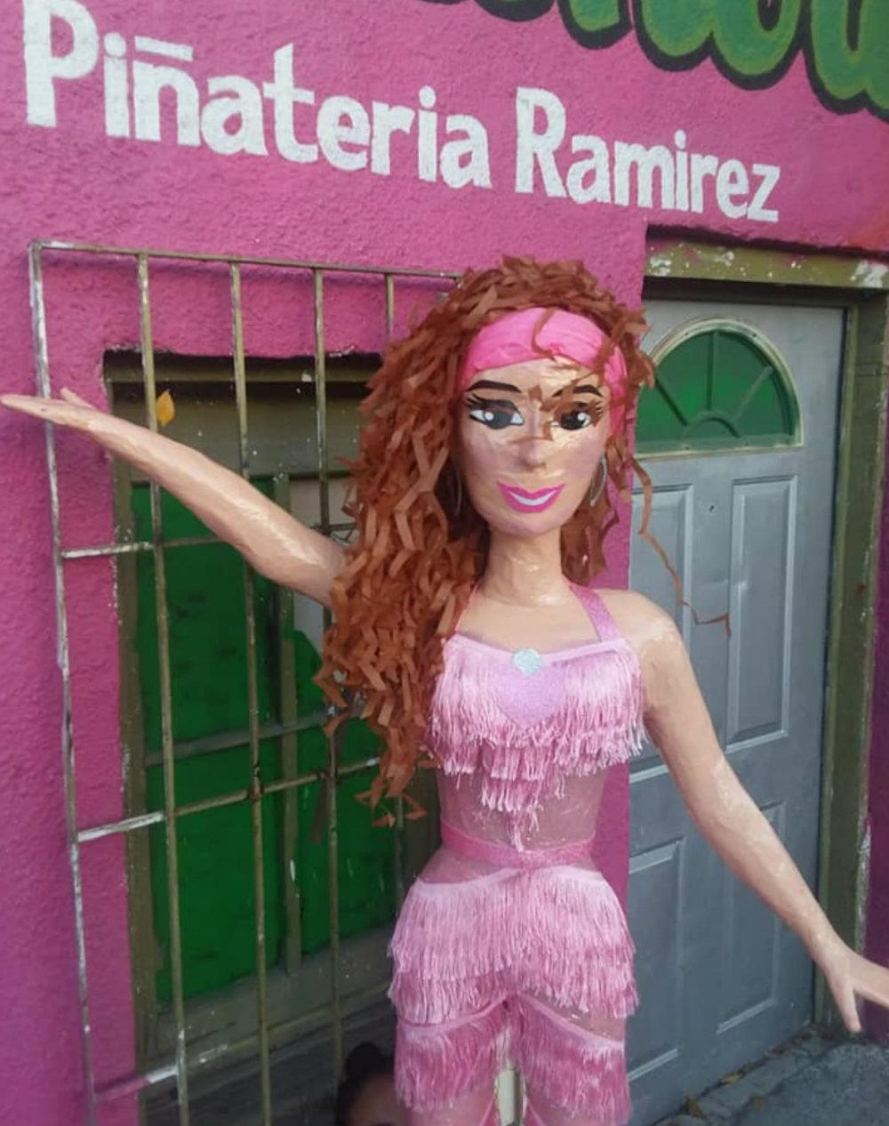 """Thalía y su """"Tiki Tiki"""" también sirvieron para inspirar una piñata (Foto: Facebook)"""