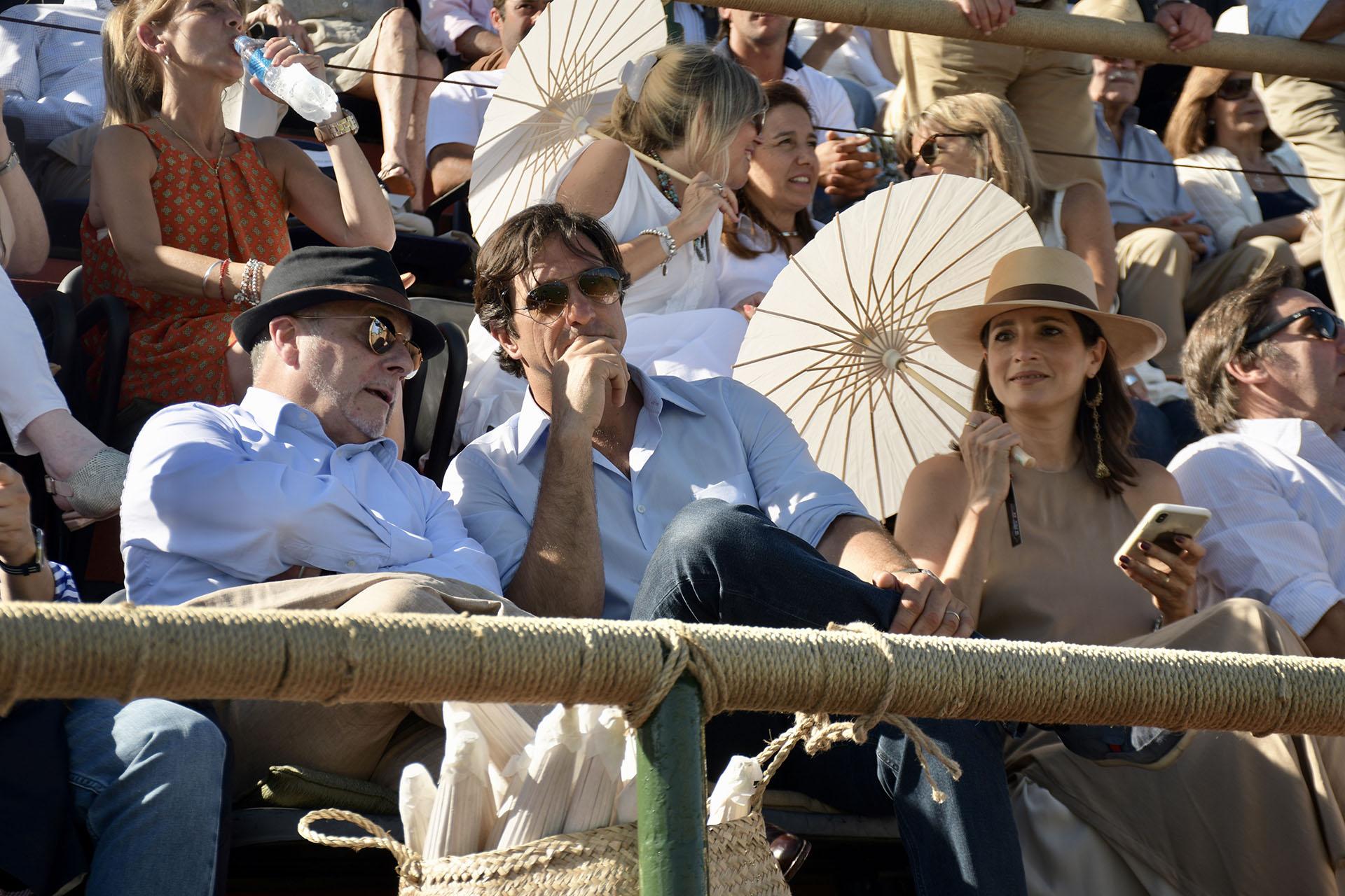 El canciller Jorge Faurie junto al presidente de la Asociación Argentina de Polo, Eduardo Novillo Astrada, y su mujer Astrid Muñoz