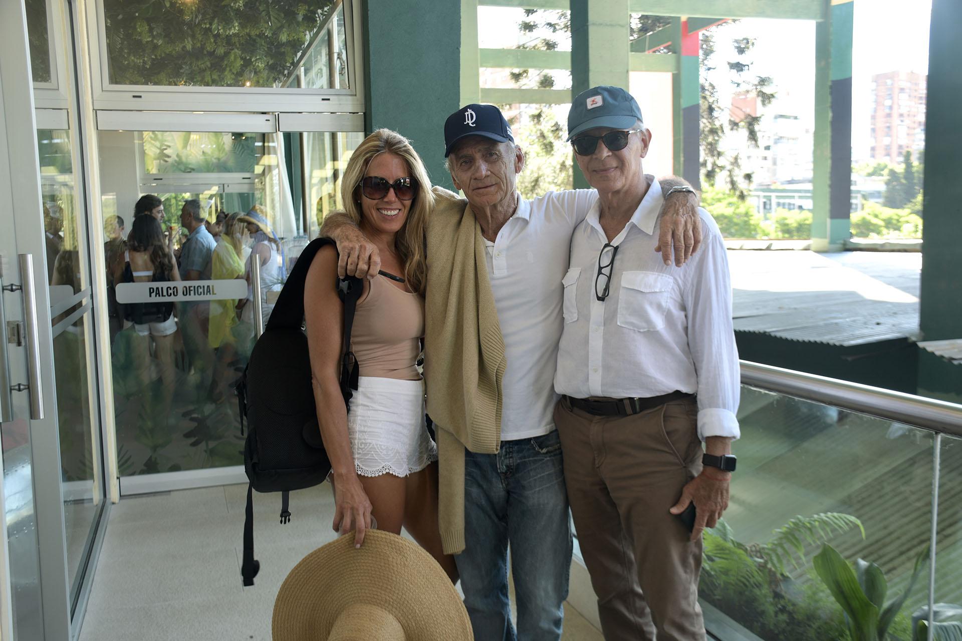 Adolfo Cambiaso (padre) y su pareja junto a Eduardo Costantini