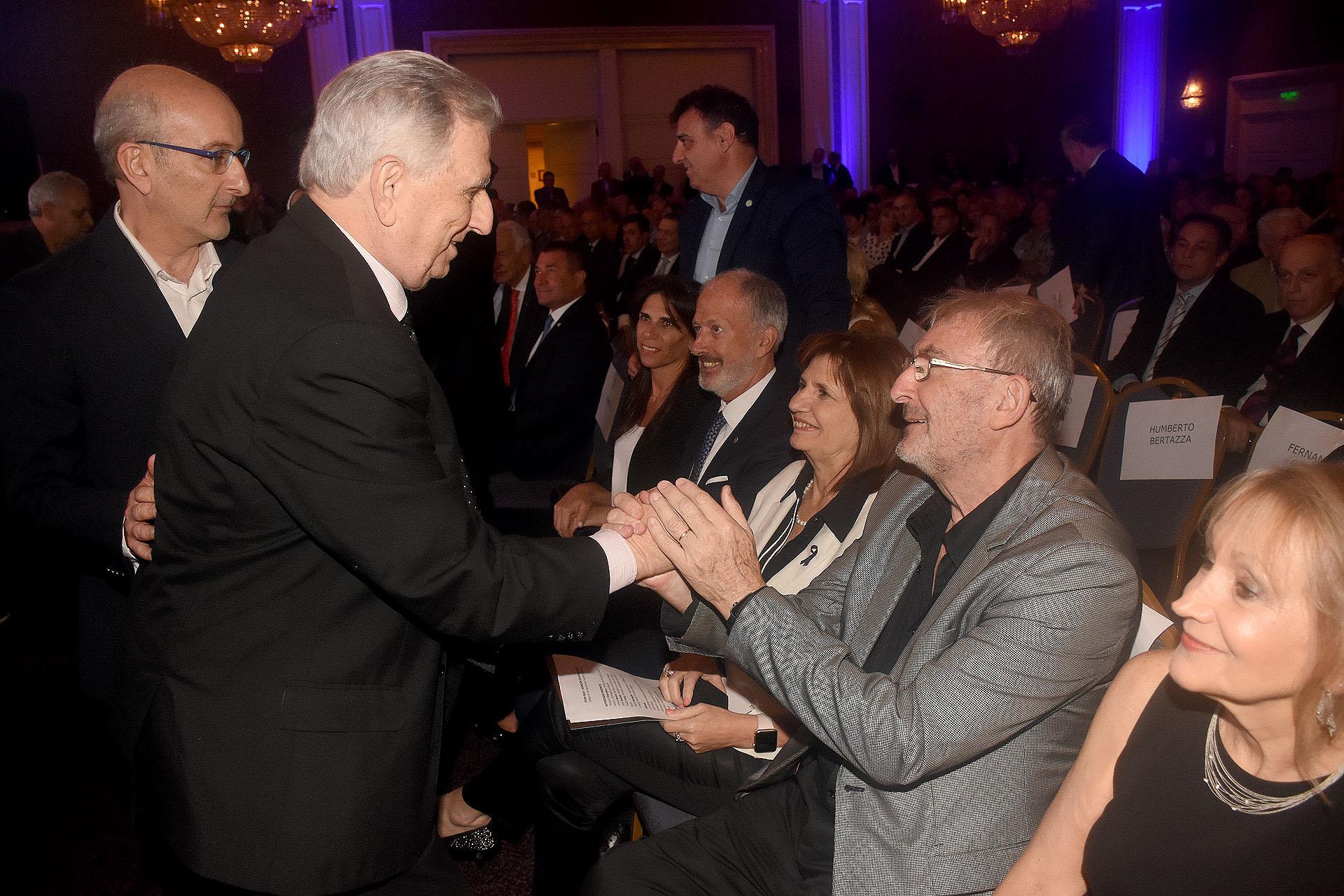 Alberto Hammerschlag saluda a Guillermo Yanco, vicepresidente del Museo del Holocausto y miembro de la Comisión Directiva del Club Político, y a su mujer, la ministra de Seguridad, Patricia Bullrich