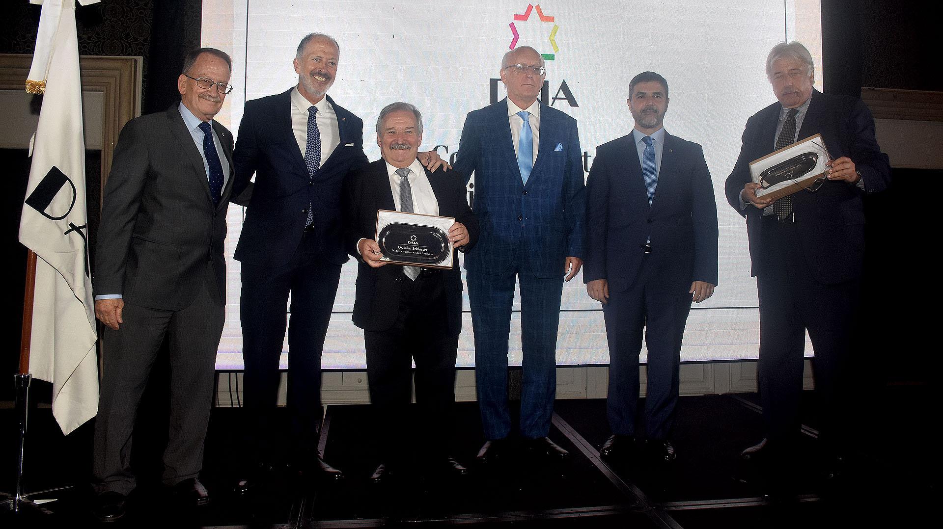 El ex presidente de la DAIA, Julio Schlosser, y Julio Golodny recibieron un reconocimiento por su desinteresada labor al frente del Comité Electoral 2018, que brindó transparencia al acto de elecciones del Consejo Directivo entrante
