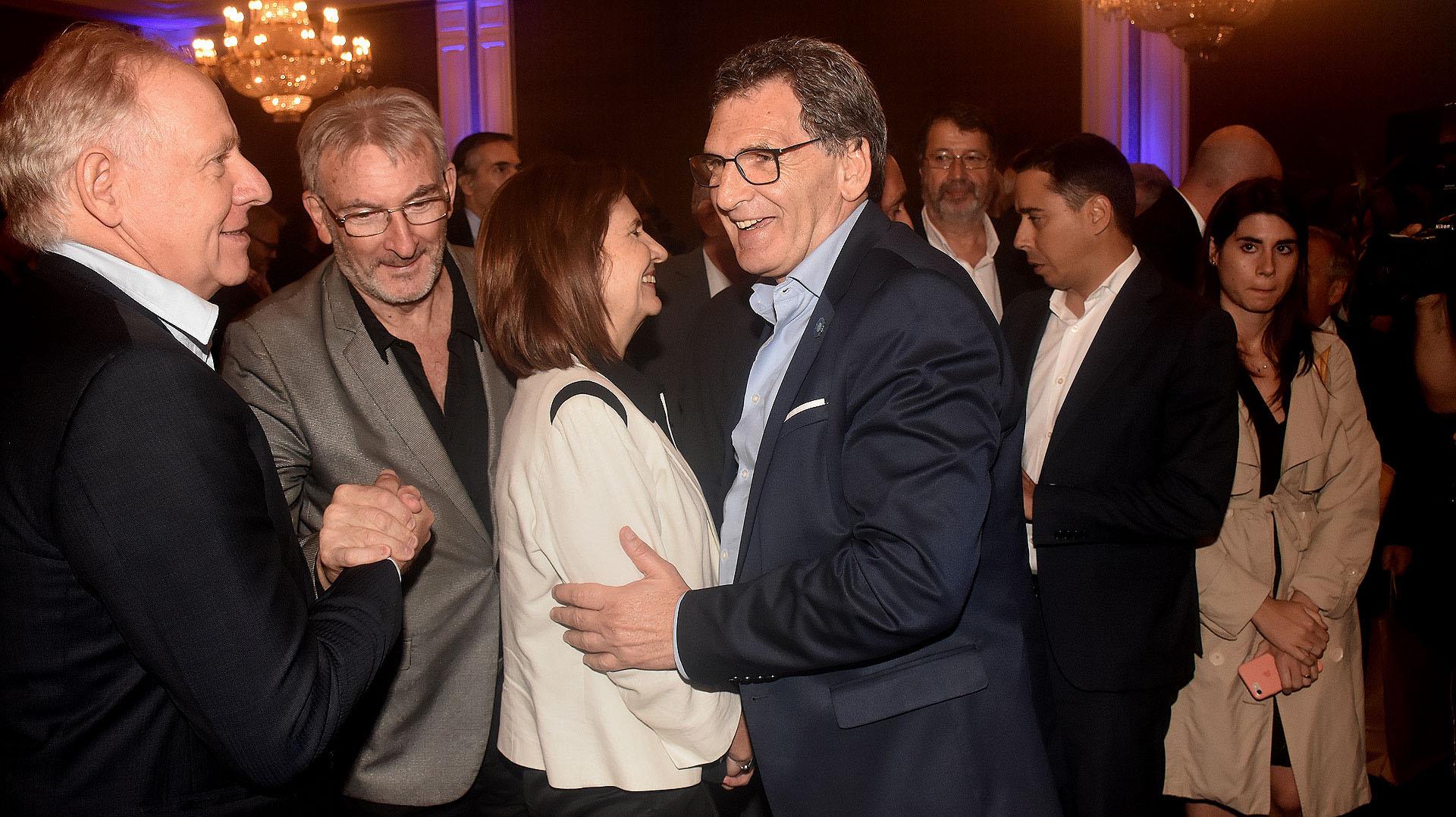 El saludo entre Alejandro Dosoretz y Guillermo Yanco, y entre Patricia Bullrich y Claudio Avruj, secretario de Derechos Humanos y Pluralismo Cultural