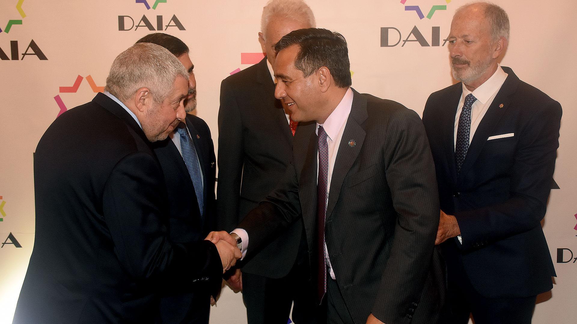 Marcos Cohen, tesorero de la DAIA; Alejandro Zuchowicki, secretario general; David Stalman, vicepresidente primero, y el presidente Jorge Knoblovitz saludan al ministro Alejandro Finocchiaro
