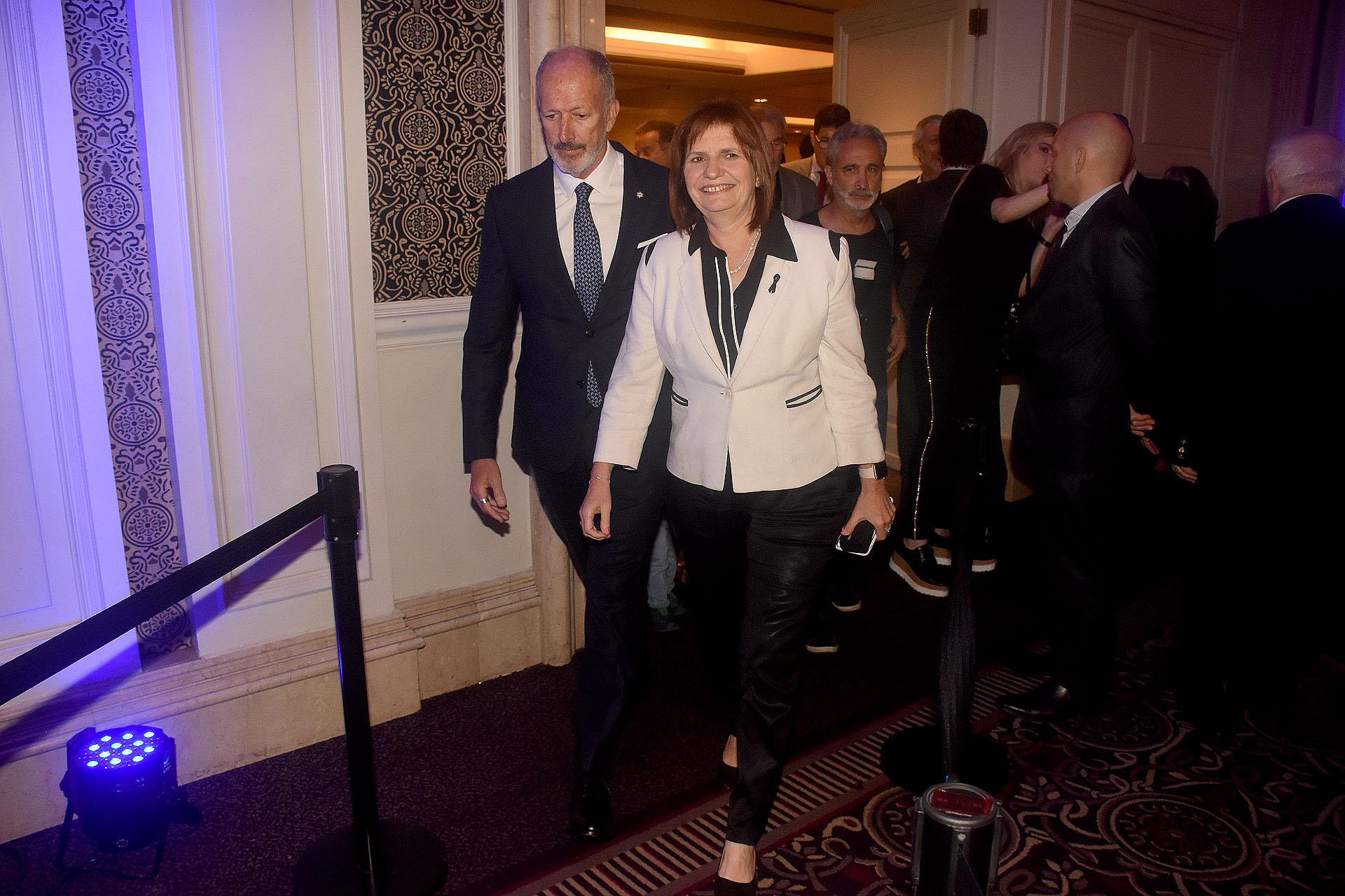 La ministra de Seguridad, Patricia Bullrich, camina junto a Jorge Knoblovits