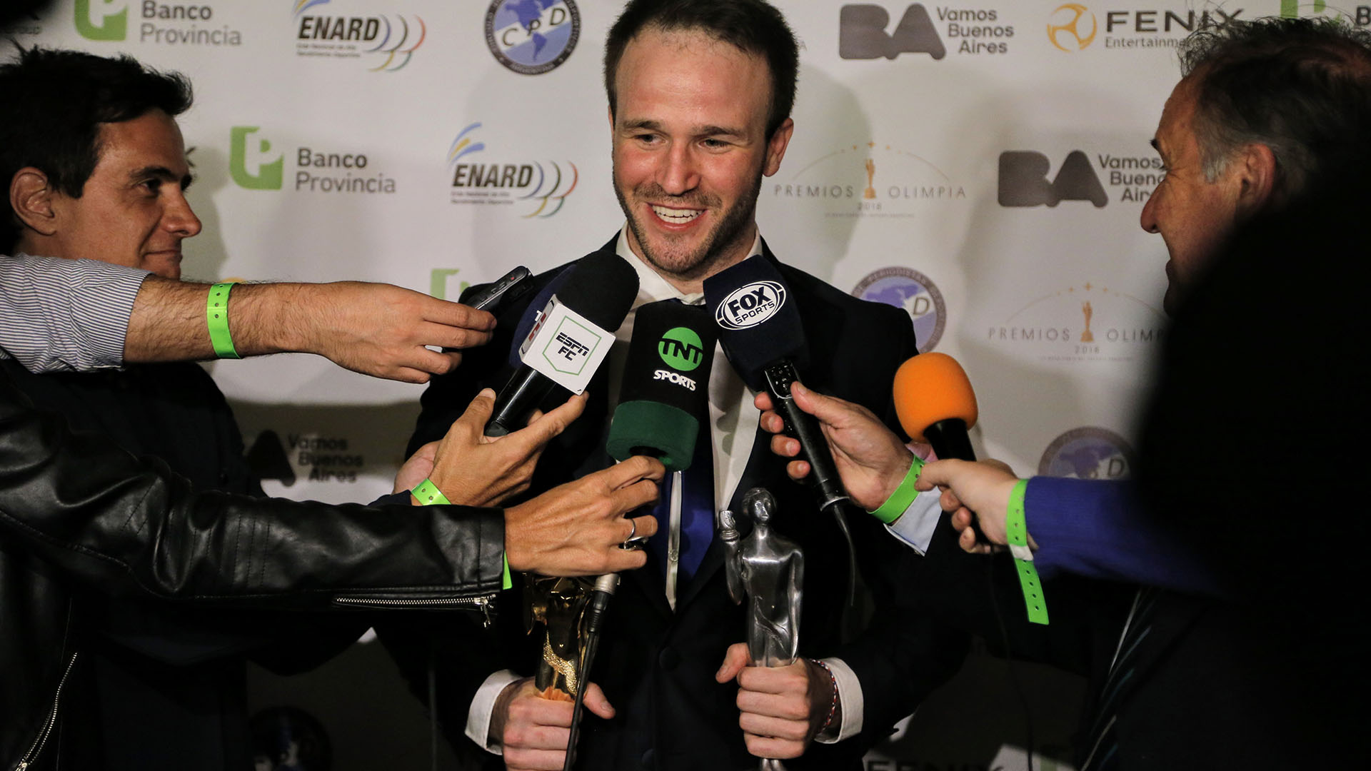 Un feliz Agustín Canapino responde preguntas a los medios presentes en los Premios Olimpia 2018