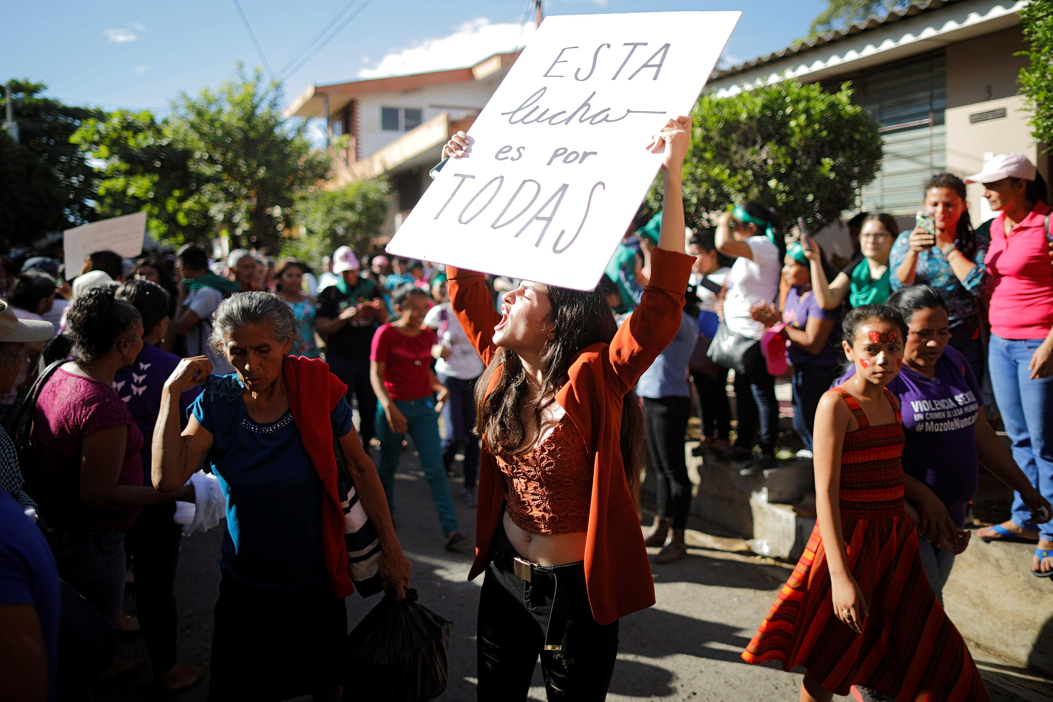 Agrupaciones feministas se manifestaron frente al tribunal que ventiló el caso (REUTERS/Jose Cabezas)