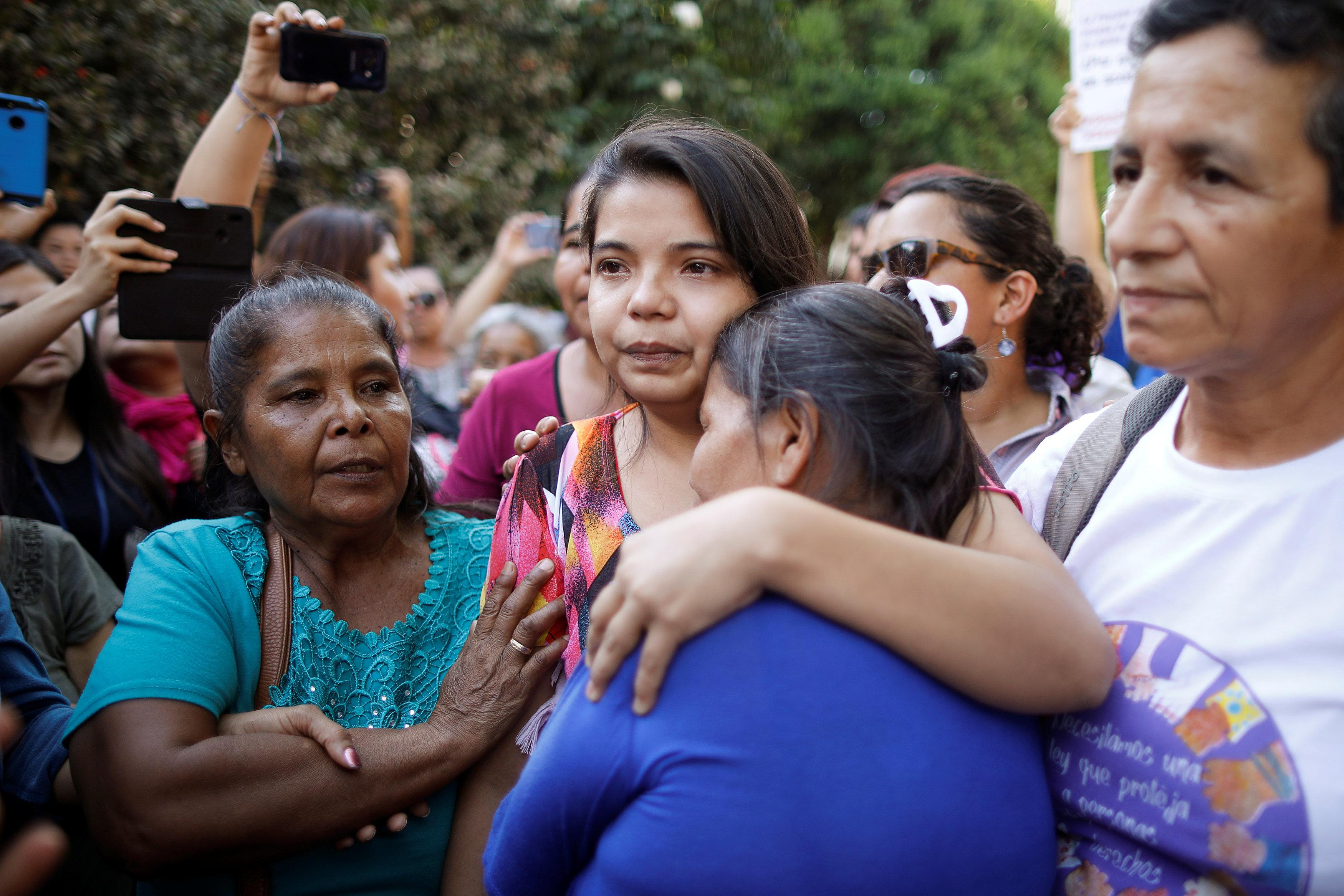 Imelda Corteztras ser liberada enUsulutan, El Salvador (REUTERS/Jose Cabezas)