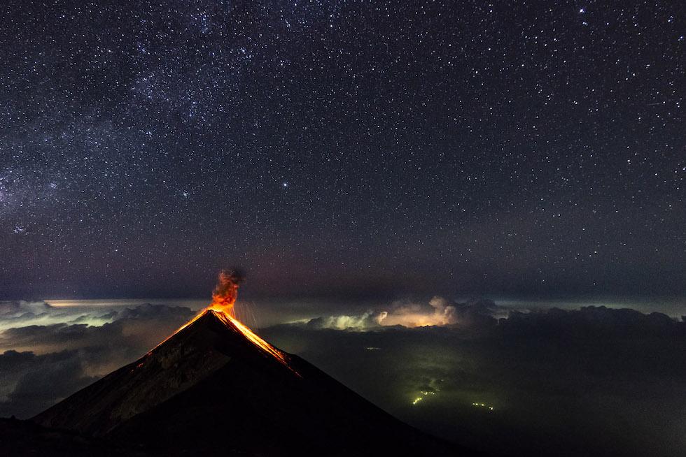 """Florent Mamelle, Francia. Mejor foto en la categoría """"Mundo natural"""". El volcán de Fuego, en Guatemala, en una foto tomada desde el volcán Acatenango, a 4000 mil metros de altitud. En alto, a la izquierda, es visible la Vía Láctea. (Florent Mamelle/www.tpoty.com)"""