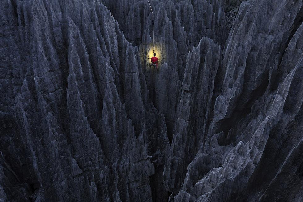 """Marsel Van Oosten, Países Bajos. Mención especial en la categoría """"Viaje"""".Bemaraha, Madagascar. El Grand Tsingys es un raro fenómeno geológico. Las rocas son afiladas como una navaja. Las escalé durante la noche para poder fotografiarlas por la mañana temprano(Marsel Van Oosten/www.tpoty.com)"""