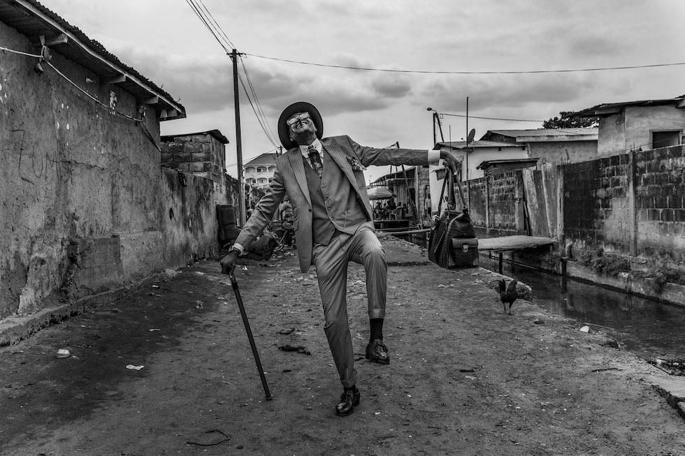 """Tariq Zaidi, Reino Unido. Mención para el portfolio en la categoría """"Caras, personas y culturas""""Brazzaville, Congo. Elie, 45 años, por las calles de Brazzaville. Desde 35 anni es un """"sapeur"""", un miembro de un movimiento cultural congolés inspirado al dandismo. Su colorida vestimenta le genera alegría a él y a la comunidad (Tariq Zaidi/www.tpoty.com)"""