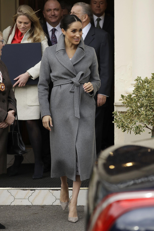 La duquesa de Sussex visitó la Royal Variety Charity con un abrigo largo de Soia & Kyo Adelaida sobre un vestido estampado de la colección Brock (AP)